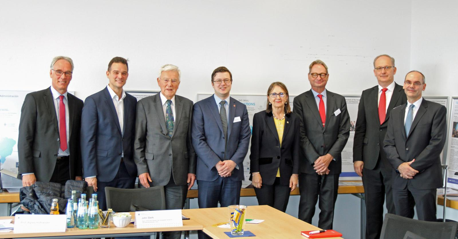 Das Team des MSB gemeinsam mit den EPAS-Gutachtern (v.l.): Dekan Prof. Dr. Dirk Kiso, CALA-Studiengangsleiter Prof. Dr. Marcus Laumann, Timothy Phillips (Praxisvertreter), Prof. Konstantin Krotov (Vorsitzender der Kommission und Head of School, Graduate School of Management, St. Petersburg University), Prof. Agnes Hofmeister (Dean Emerita, Corvinus Business School, Corvinus University of Budapest), John Sterk (Dean, Amsterdam School of International Business, Amsterdam University of Applied Sciences), EBP-Studiengangsleiter Prof. Dr. Ulrich Balz und IMS-Studiengangsleiter Prof. Dr. Bert Kiel. (Foto: FH Münster/MSB)