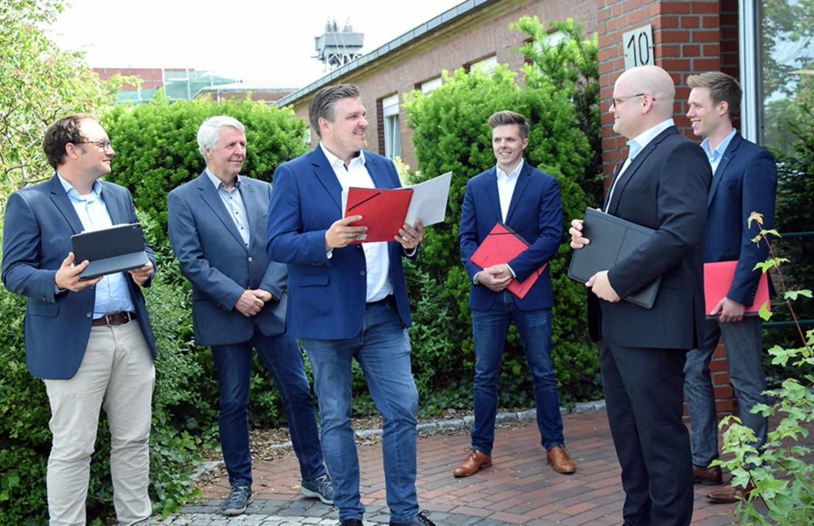 Die Projektpartner freuen sich auf wertvolle Erkenntnisse zur Energieversorgung von morgen: (v.l.) Michael Bußmann (SWTE Netz), Dieter Ruhe (B&R Energie), Dr. Elmar Brügging und Christian Heinrich (FH Münster), Tobias Koch und Felix Schwerter (SWTE Netz). (Foto: Stadtwerke Tecklenburger Land)