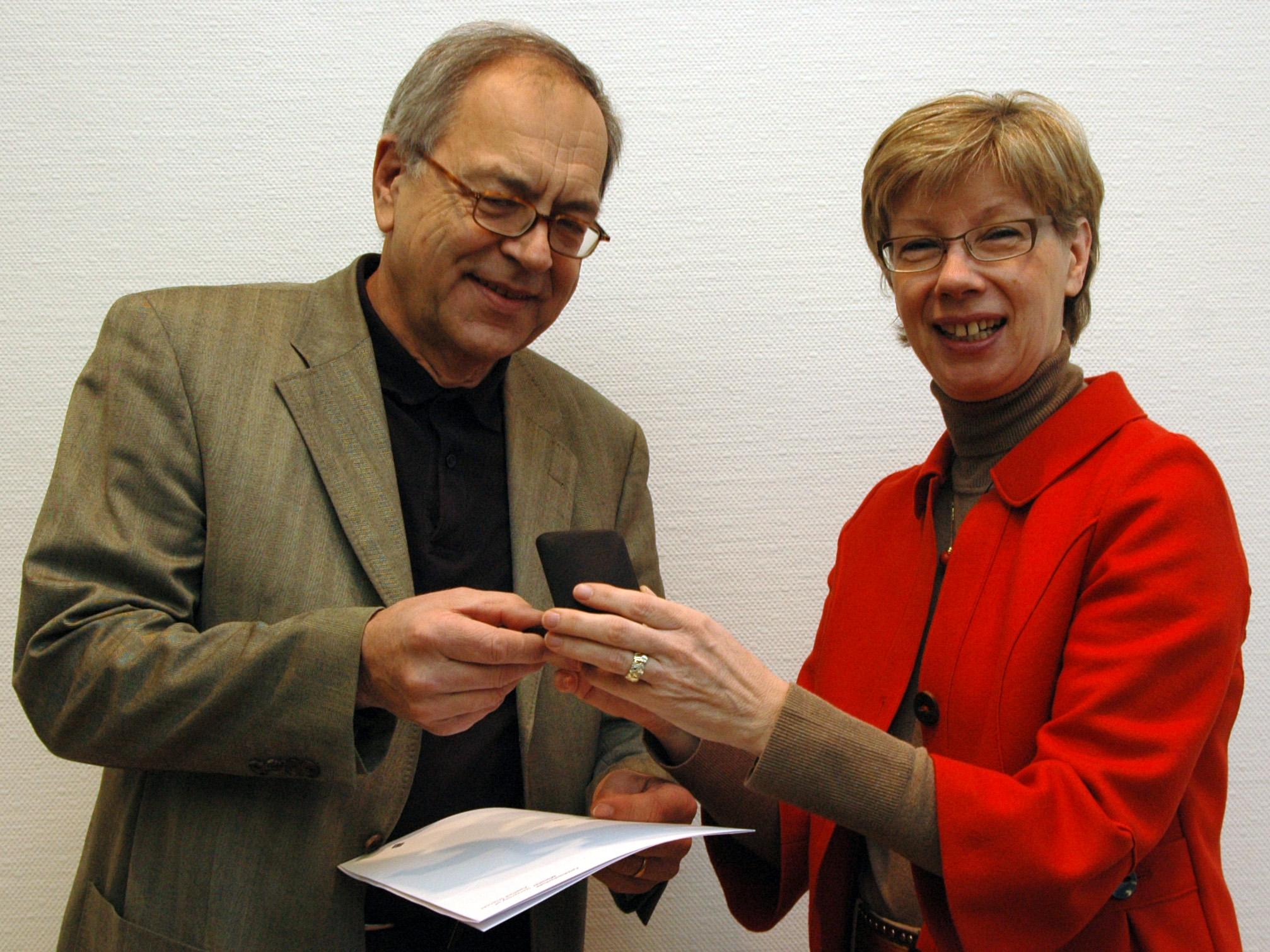 Präsidentin Prof. von Lojewski überreicht Urkunde an Prof. Denk.