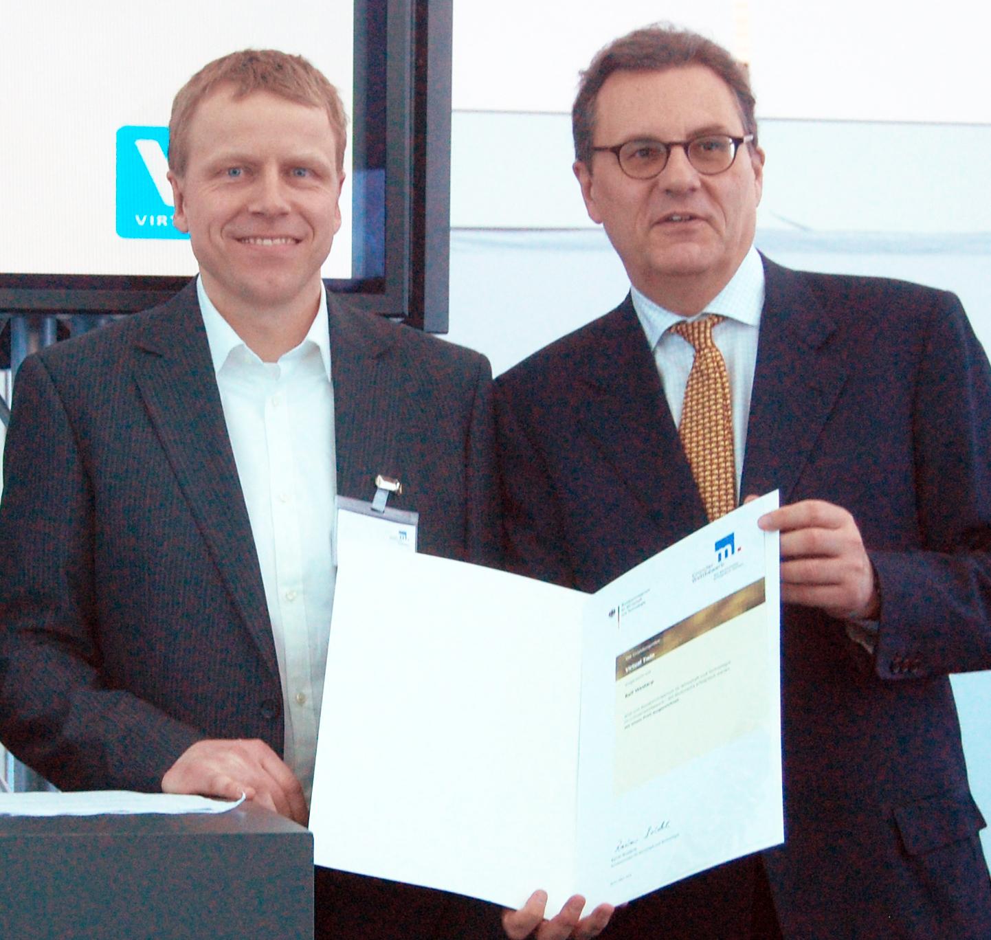 Ralf Westarp (l.) vom Institut für Baumanagement, Gebäudedatenmanagement und Bewertung e.V. und Staatssekretärs Hans-Joachim Otto