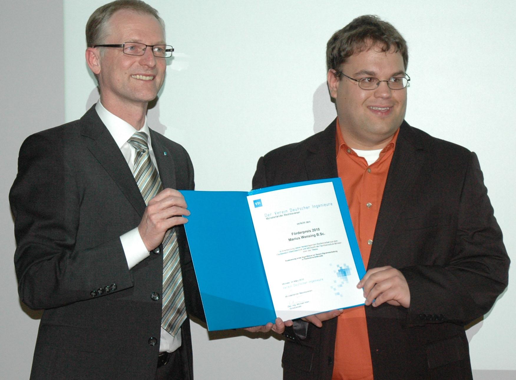 Zwei Personen mit Urkunde in der Hand
