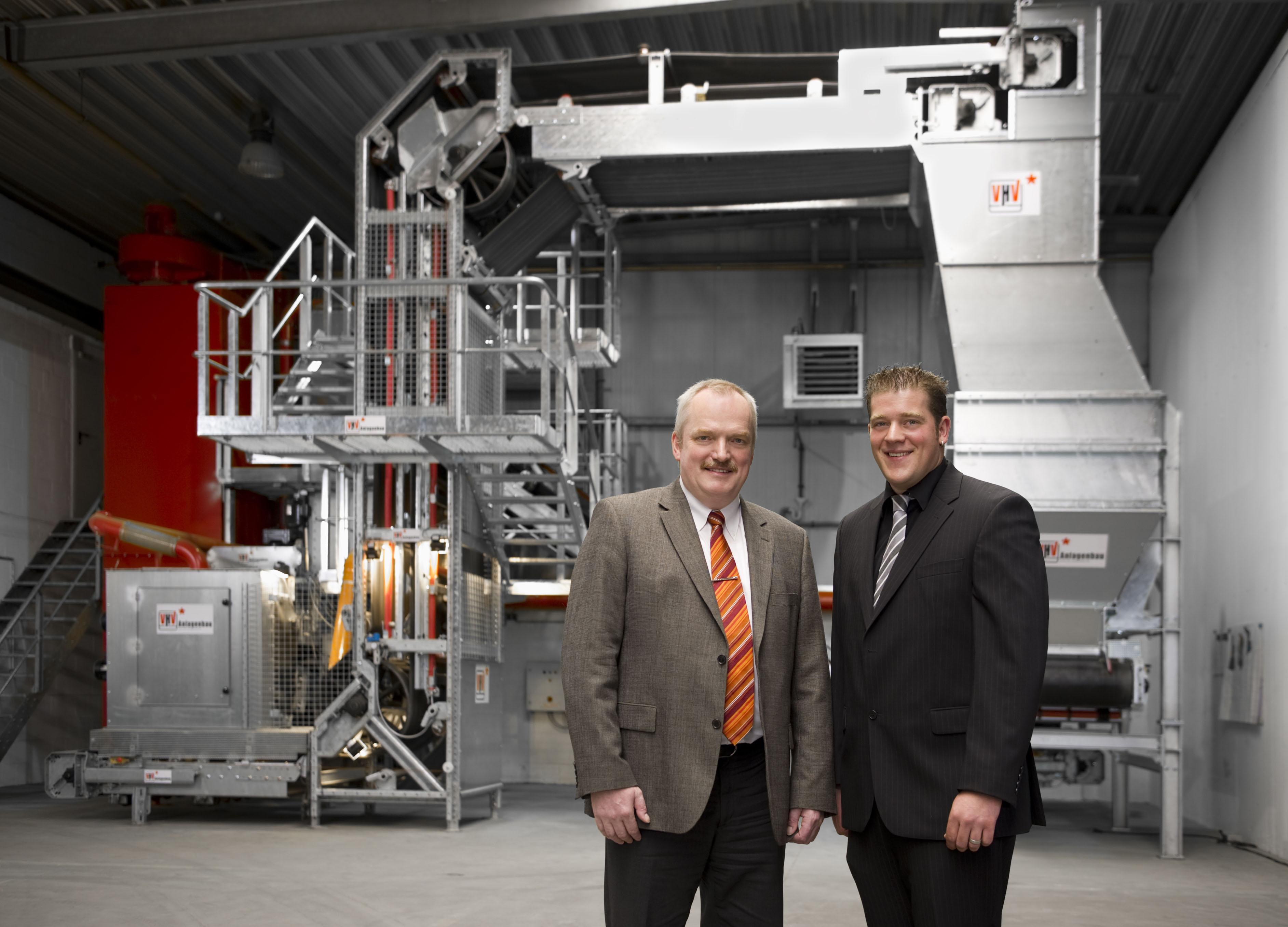 Prof. Dr. Klaus Baalmann und Thomas Krasenbrink vor der Förderanlage