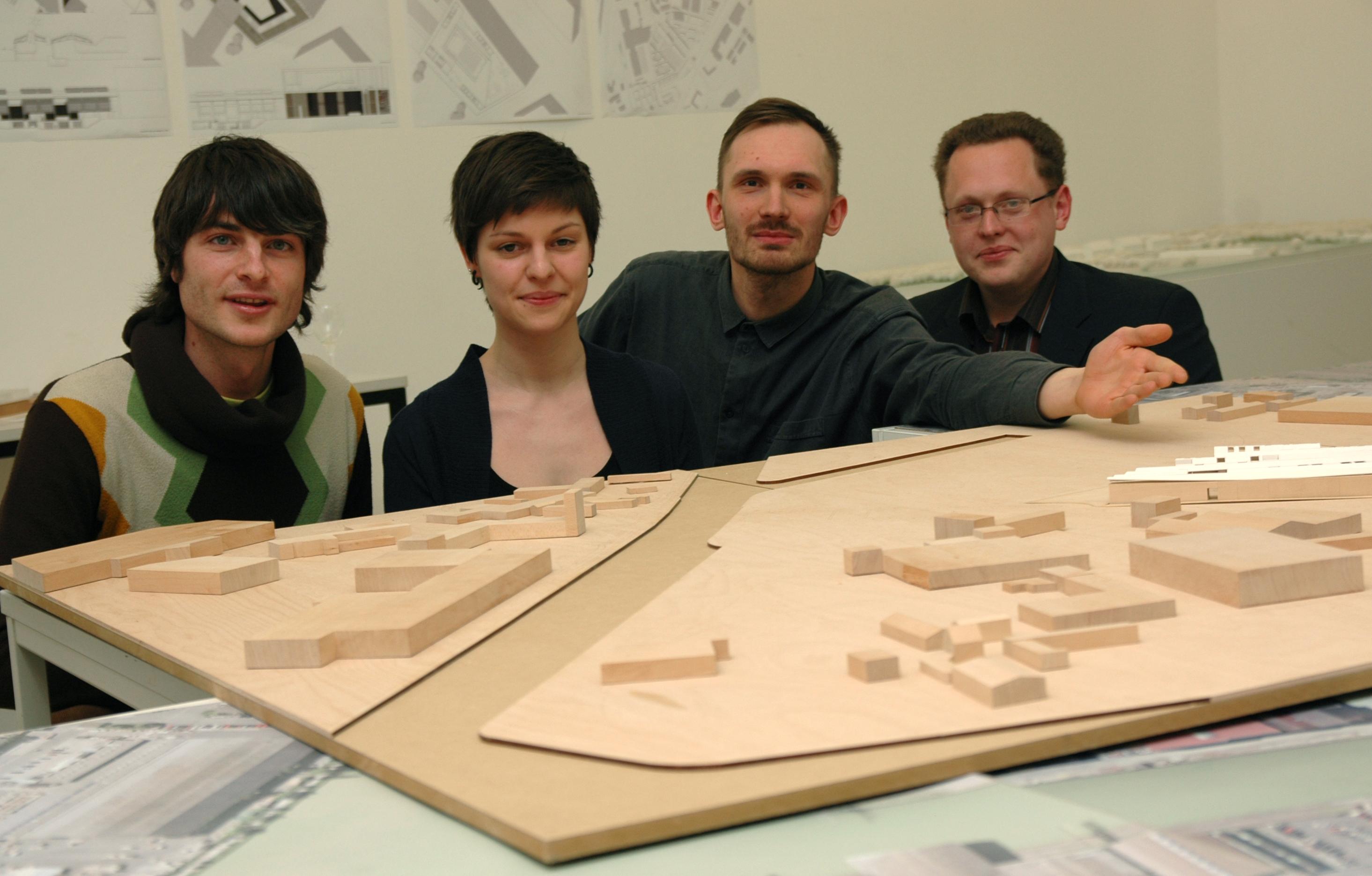 Vier Studierende vor einem Modell.