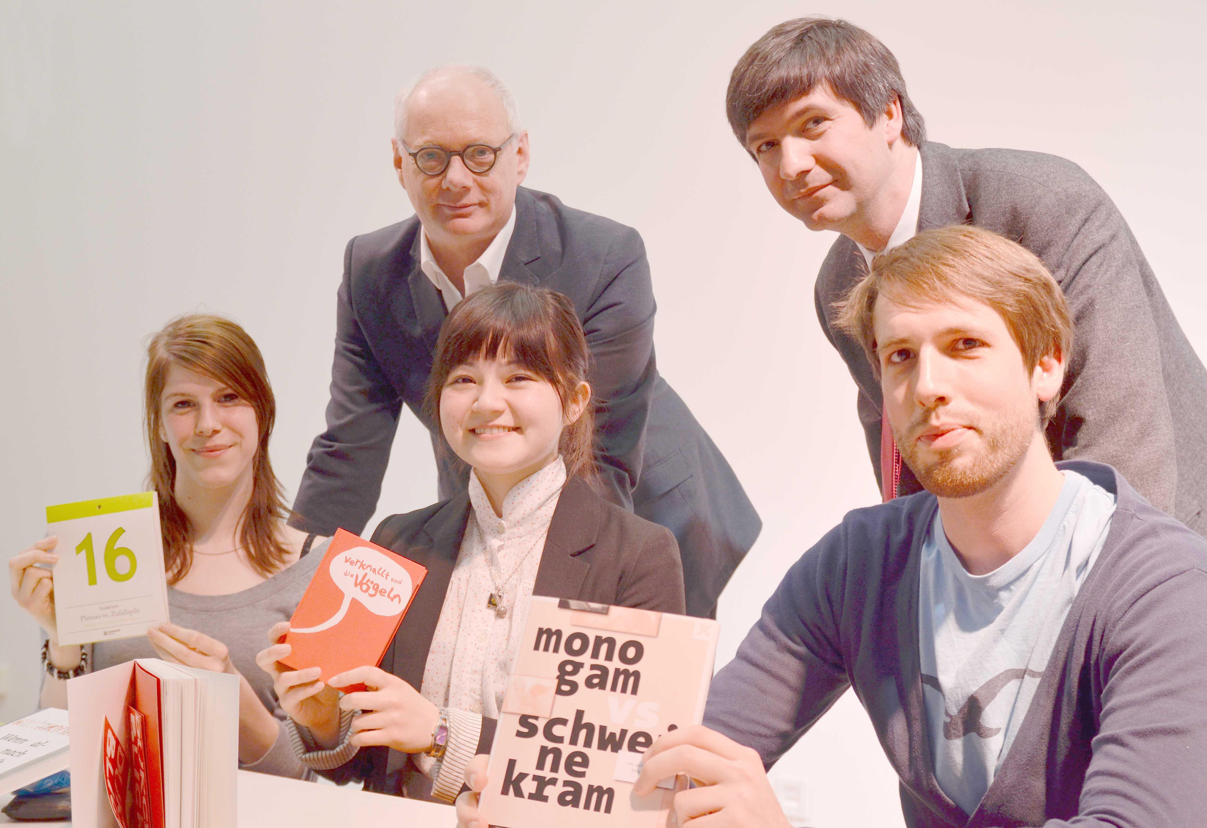 Die drei Preisträger sowie Hochschullehrer und Verlagsvertreter.