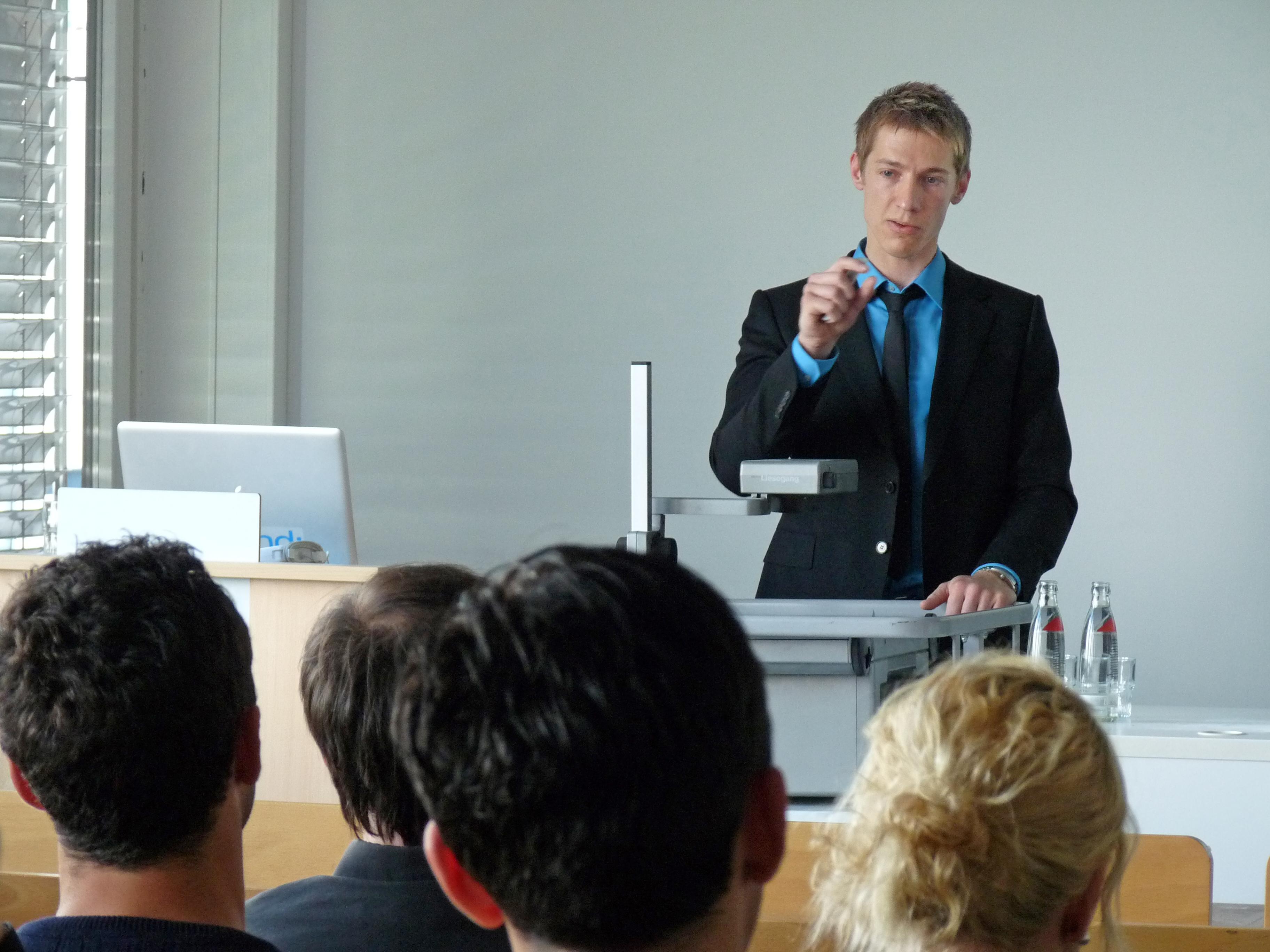 Stefan Rymar von der elbkind GmbH begeisterte mit seinem Vortrag sowohl Studierende als auch Alumni.
