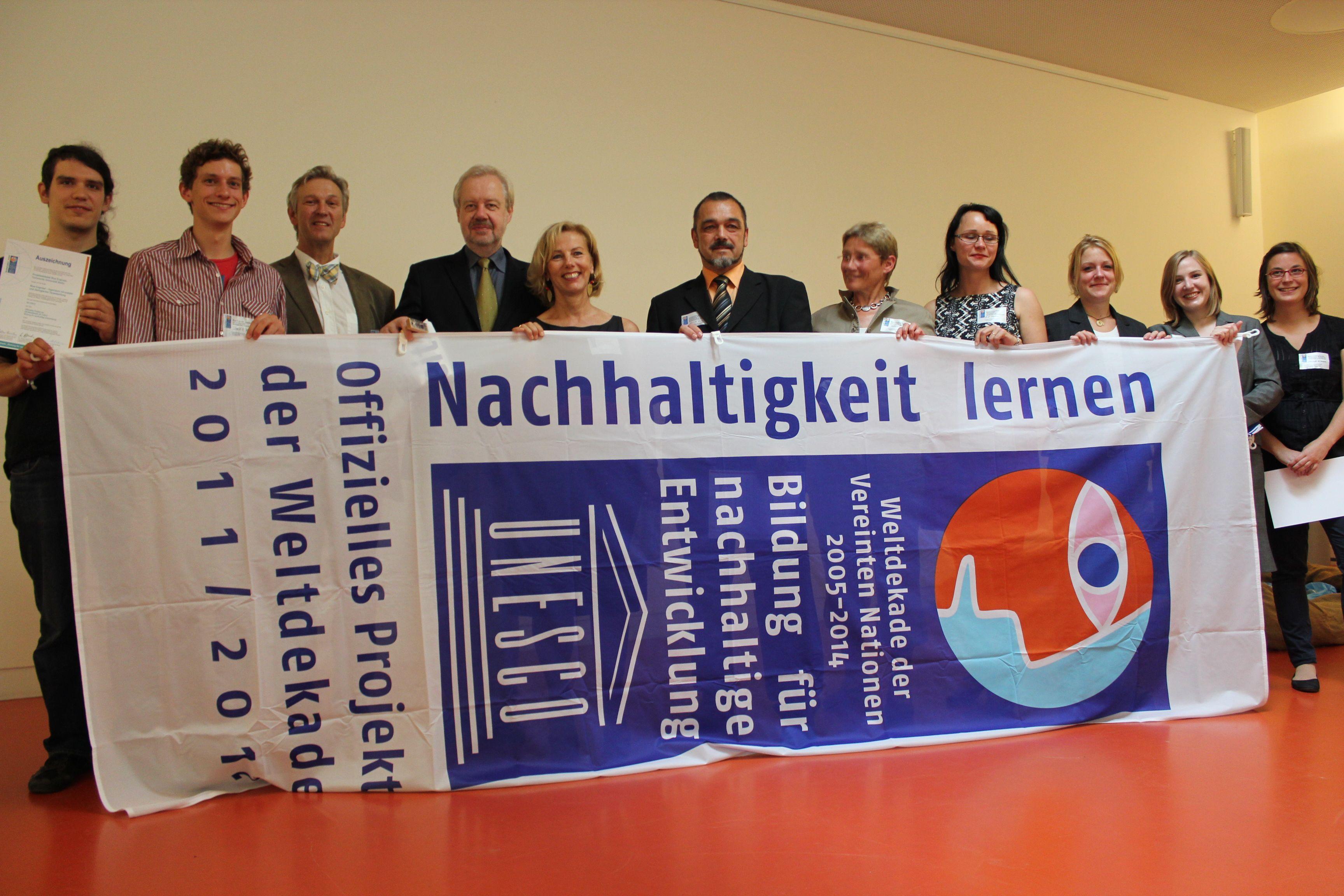 Gruppenfoto hinter Plakat zu UN Dekade 2011/2012
