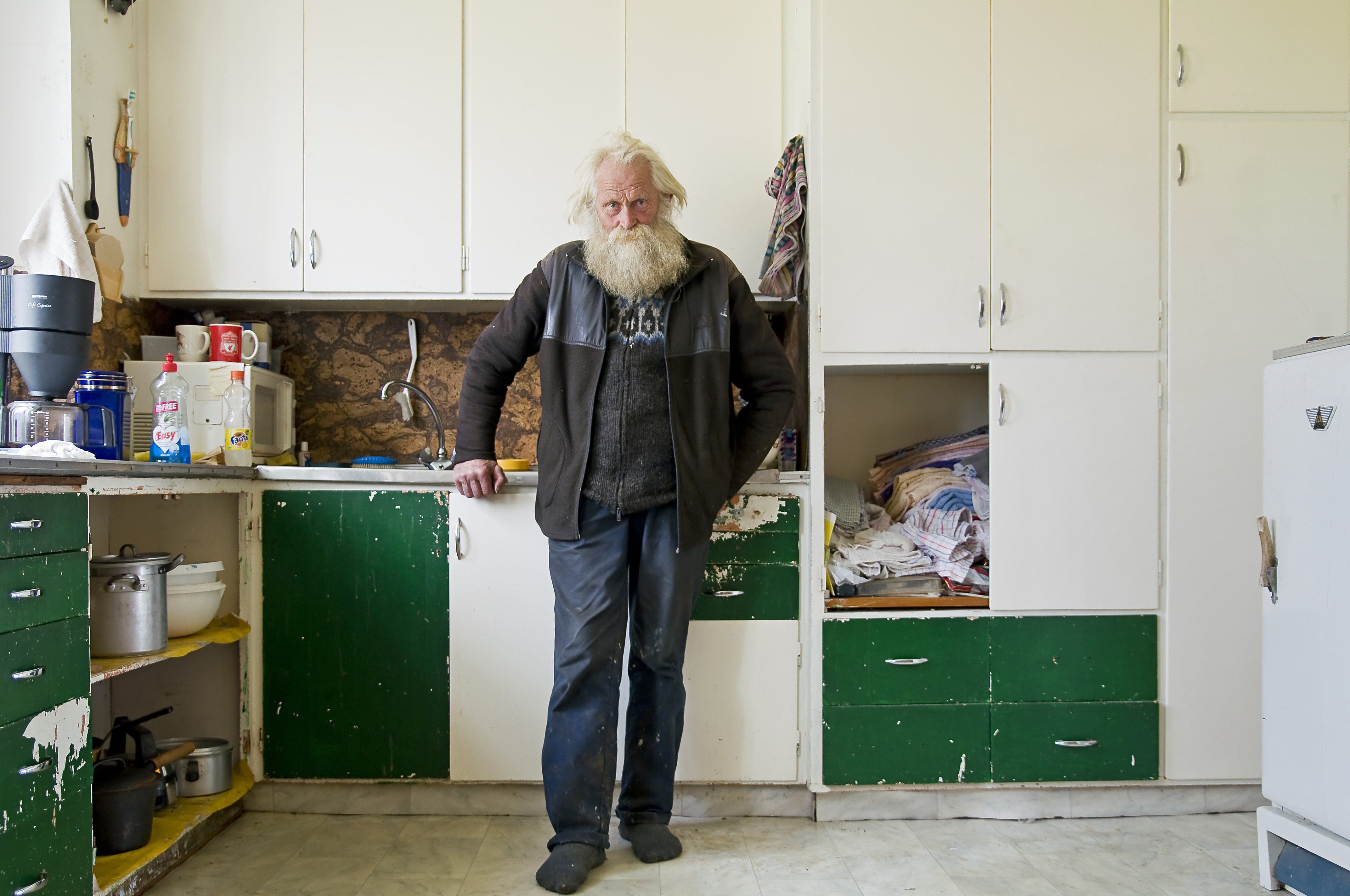 Bärtiger Mann in Küche