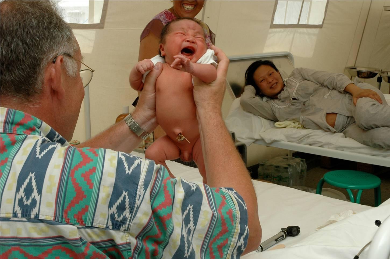 Gardemann mit Neugeborenem und Mutter