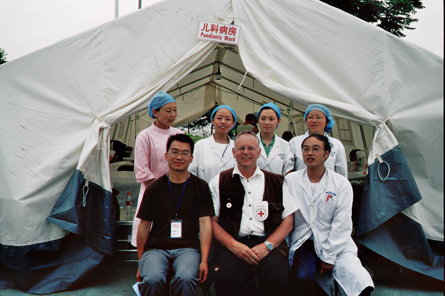 Prof. Dr. Gardemann und Ärzte vor Zelt