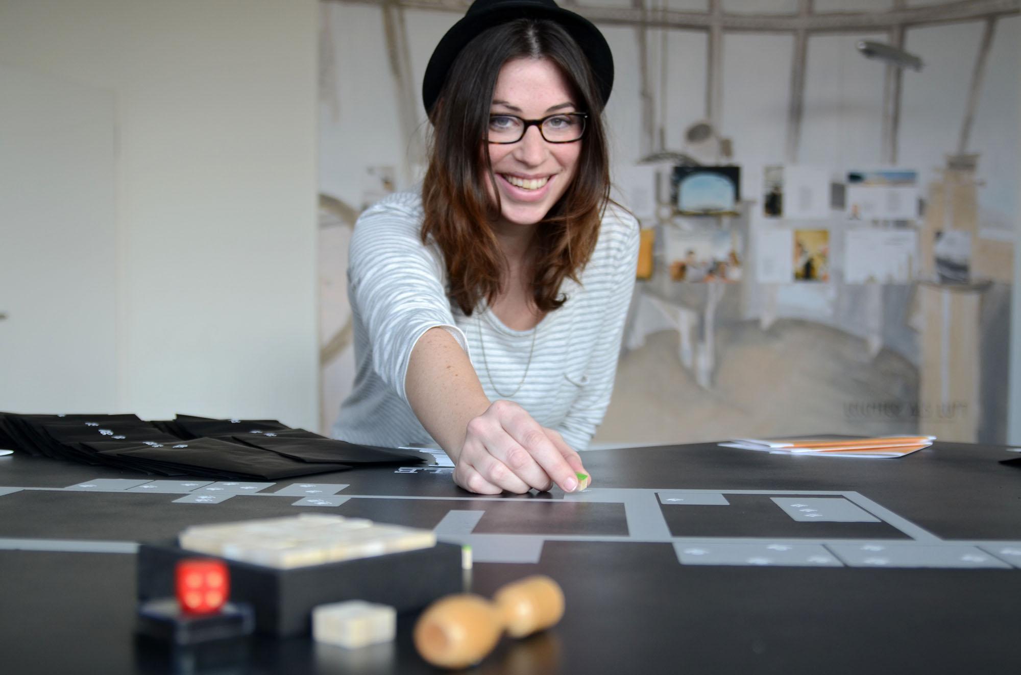 """Spielerisch: Als Entdecker, Geheimagent oder Brückenbauer können Kinder und Erwachsene in Sarah Hüttenberends Arbeit """"Komm, spiel mit mir, wir retten die Welt"""" Probleme lösen."""