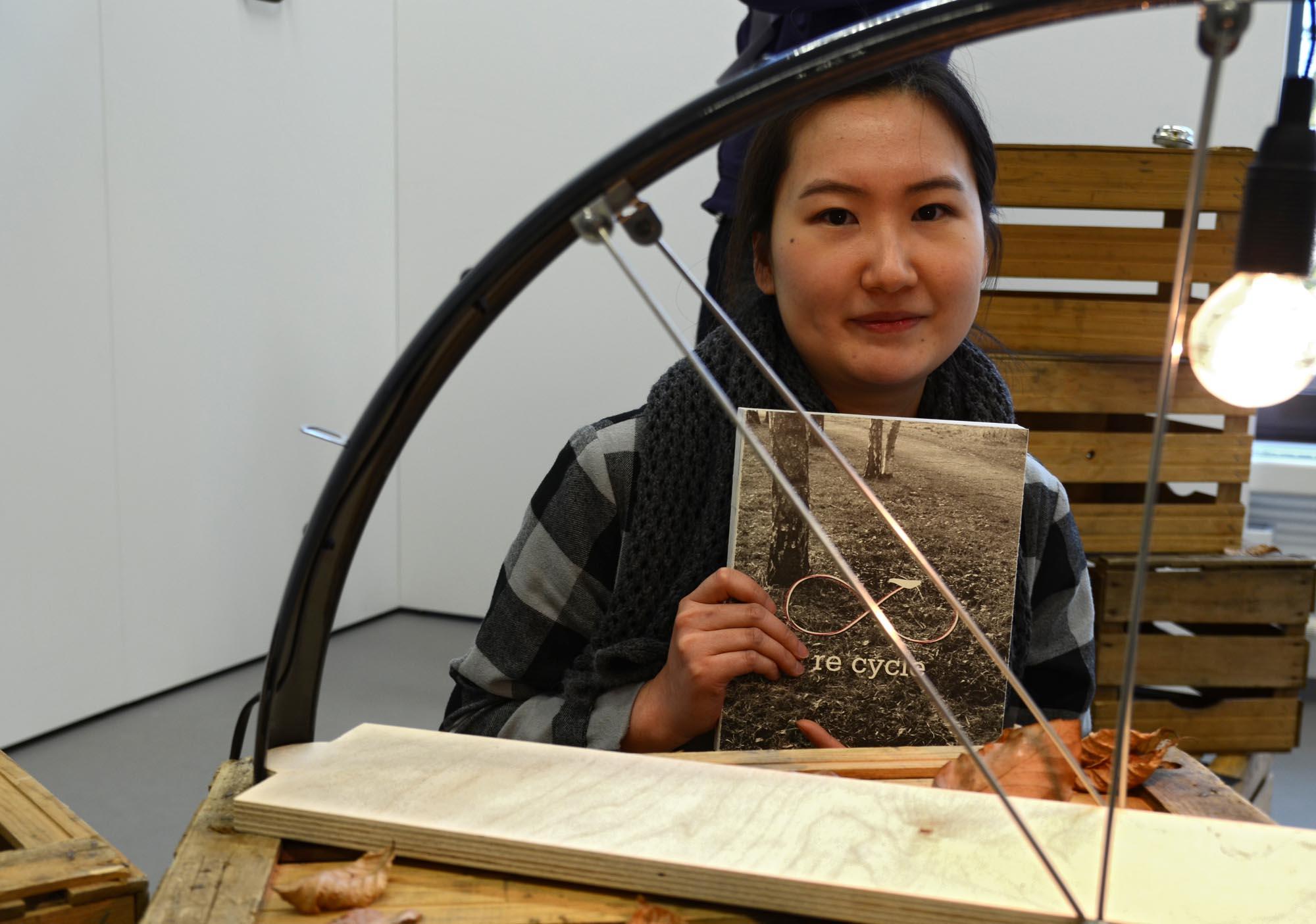 """Wiederverwertet: Eine Lampe baute Min Jung Park aus dem alten Fahrradschutzblech; weitere 21 Produkte stellt sie in ihrem Buch """"Re Cycle"""" vor."""