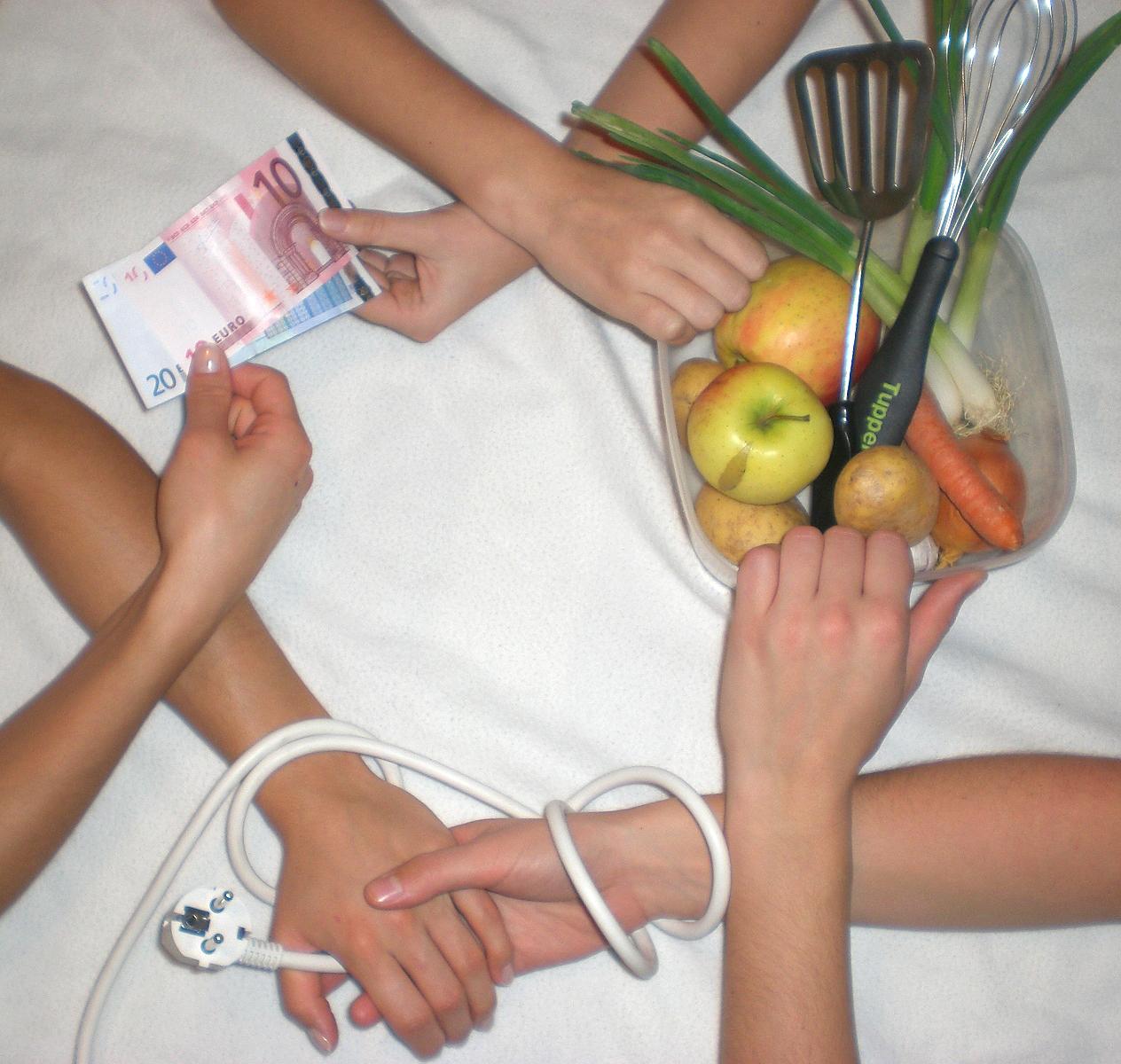 Hände, Stromkabel, Geld, Nahrungsmittel
