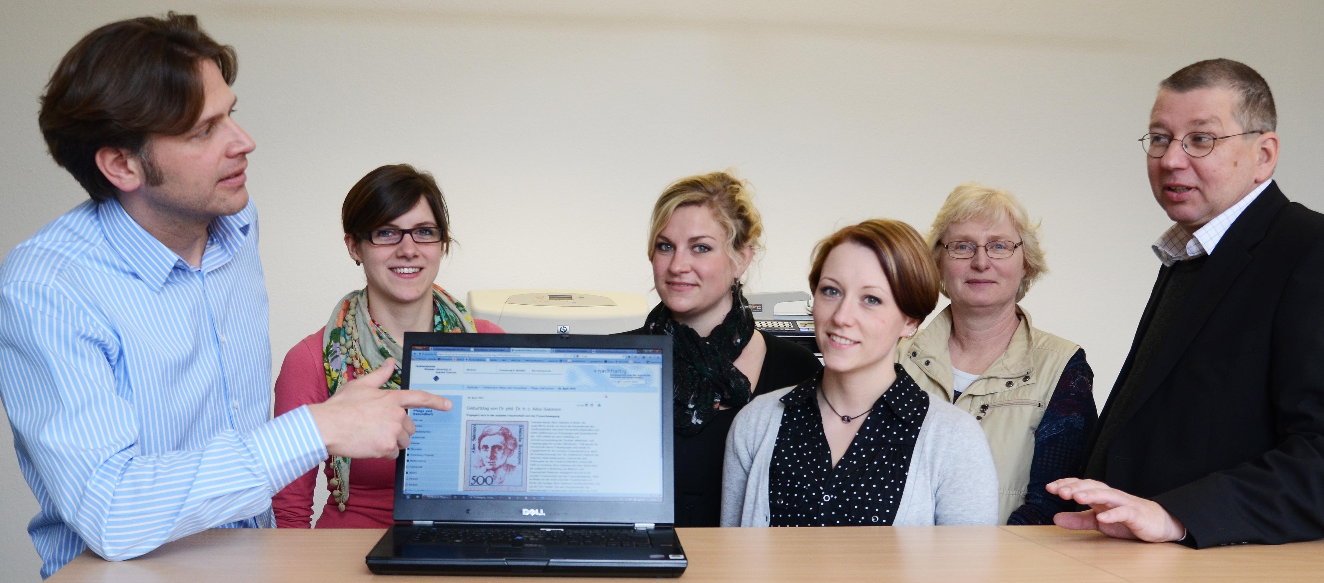 Online-Redakteur Karsten Schäpermeier, die Studentinnen Rebekka Plum, Verena Drescher und Marion Fischer sowie Projektbetreuerin Dr. Mareike Deiters und Fachbereichsdekan Prof. Dr. Rüdiger Ostermann.