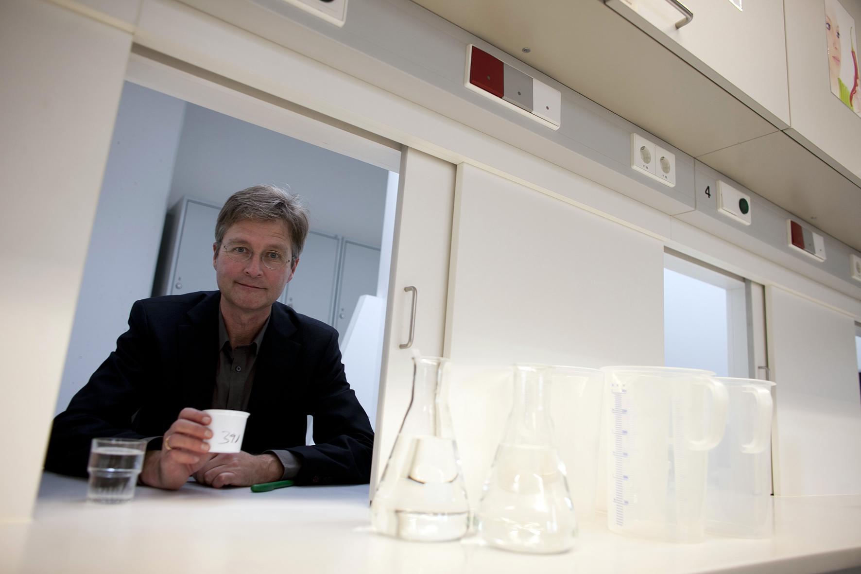 Prof. Guido Ritter bei Untersuchungen im Sensorik-Labor