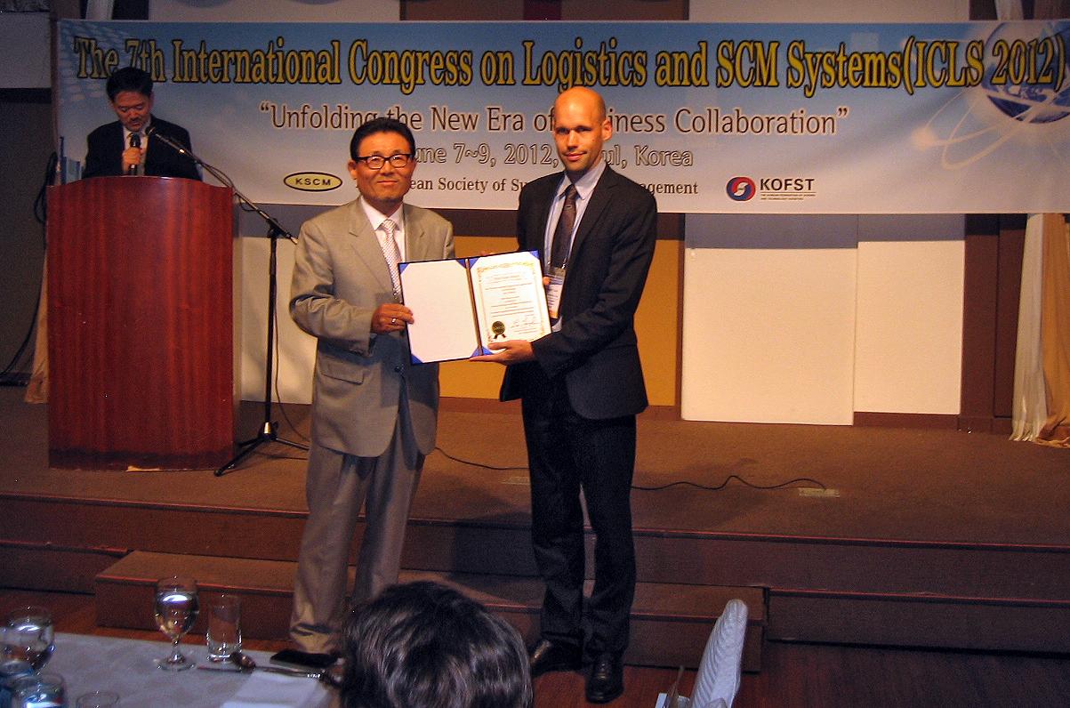 Prof. Lee Young-Hae übergibt Auszeichnung an Michael Dircksen.