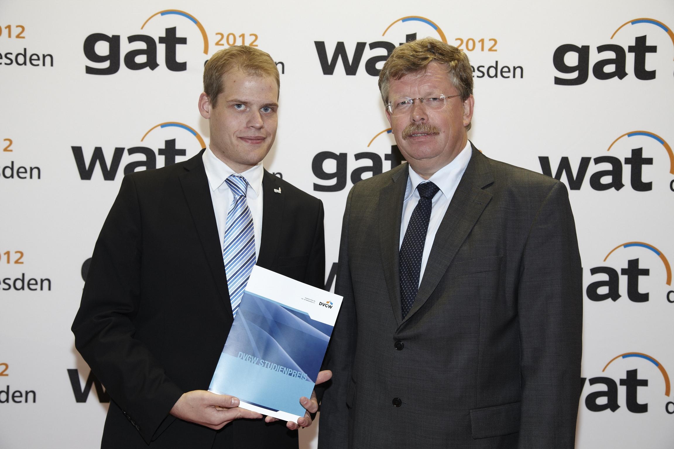 Prof. Dr. Bernhard Mundus mit Masterabsolvent