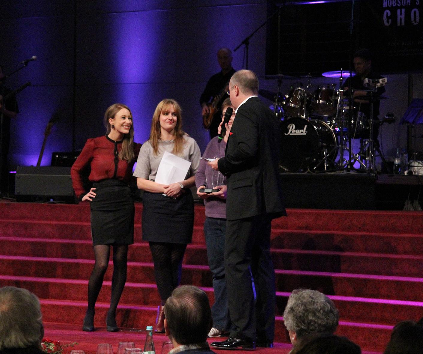 Über die Auszeichnung, dotiert mit 1000 Euro, freuen sich Katharina Waterkamp (l.) und Leonie Jandeck.