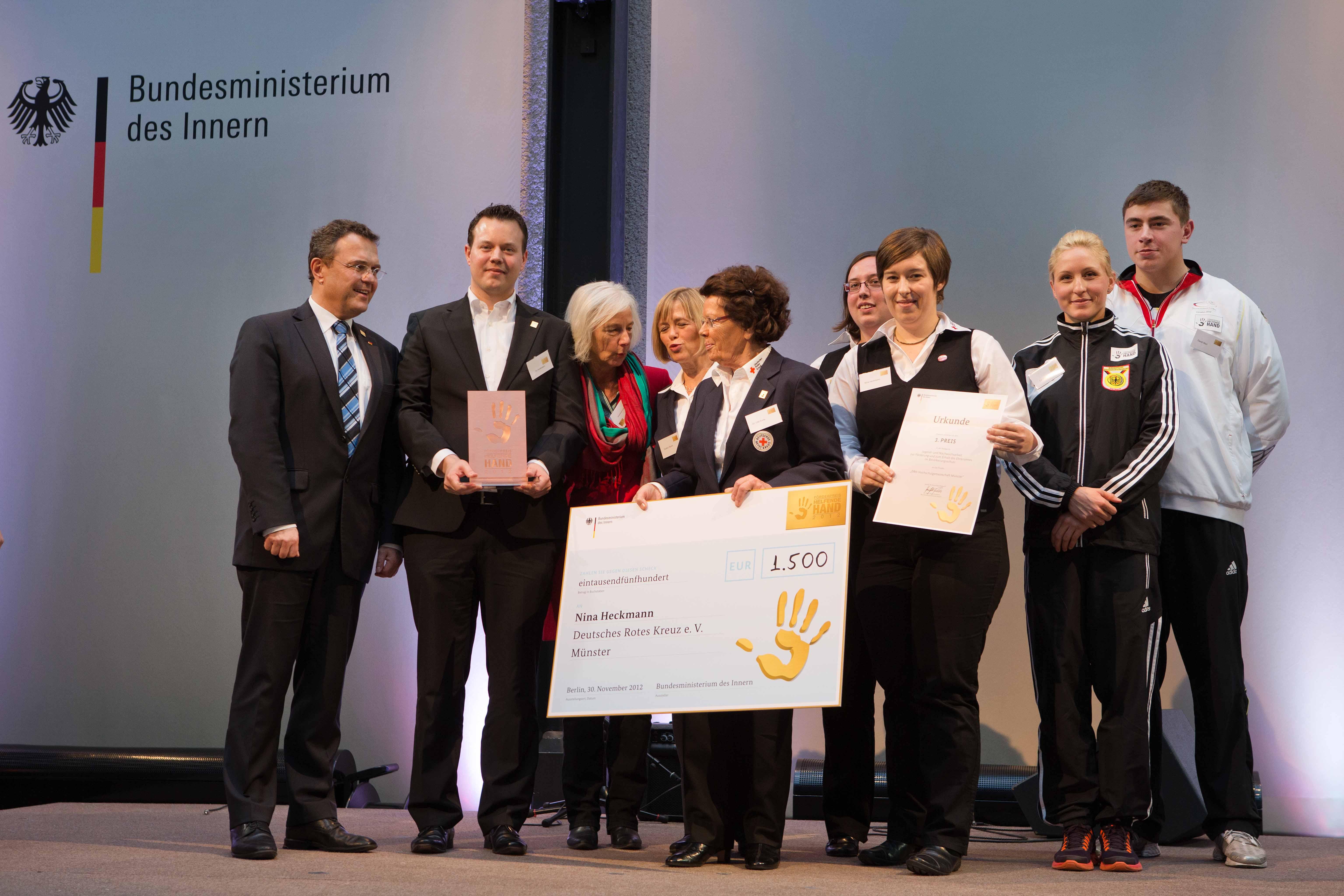 Preisträger und Innenminister auf Bühne