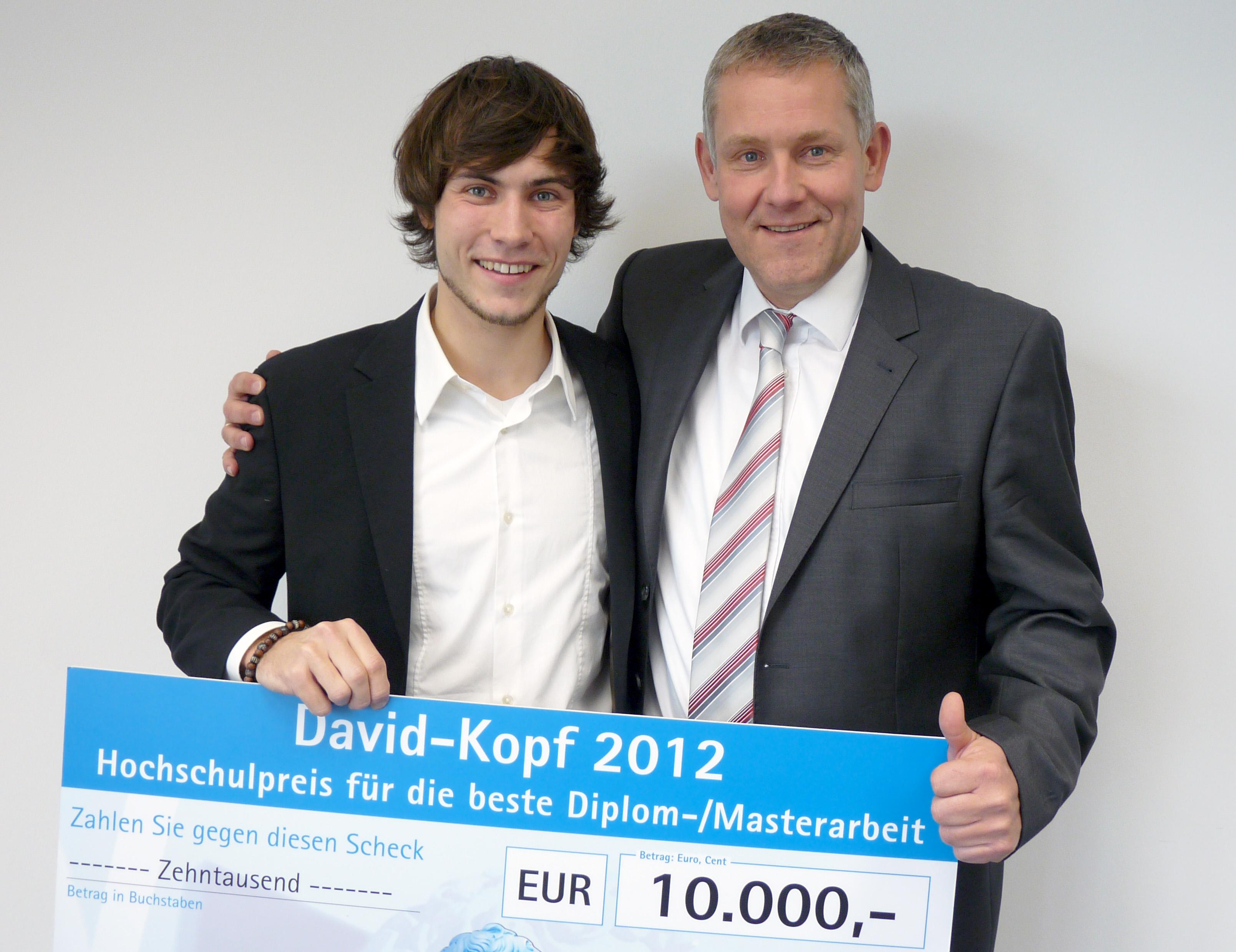 Die 10.000 Euro kann der Doktorand Mario Winkelhaus (l.) gut gebrauchen. Mit ihm freut sich Doktorvater Prof. Dr. Franz Vallée. (Foto: FH Münster/Pressestelle)