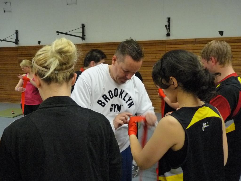 Prof. Dr. Olaf Arlinghaus zeigt den Teilnehmerinnen, wie die Hände richtig bandagiert werden. (Foto: FH Münster/Pressestelle)