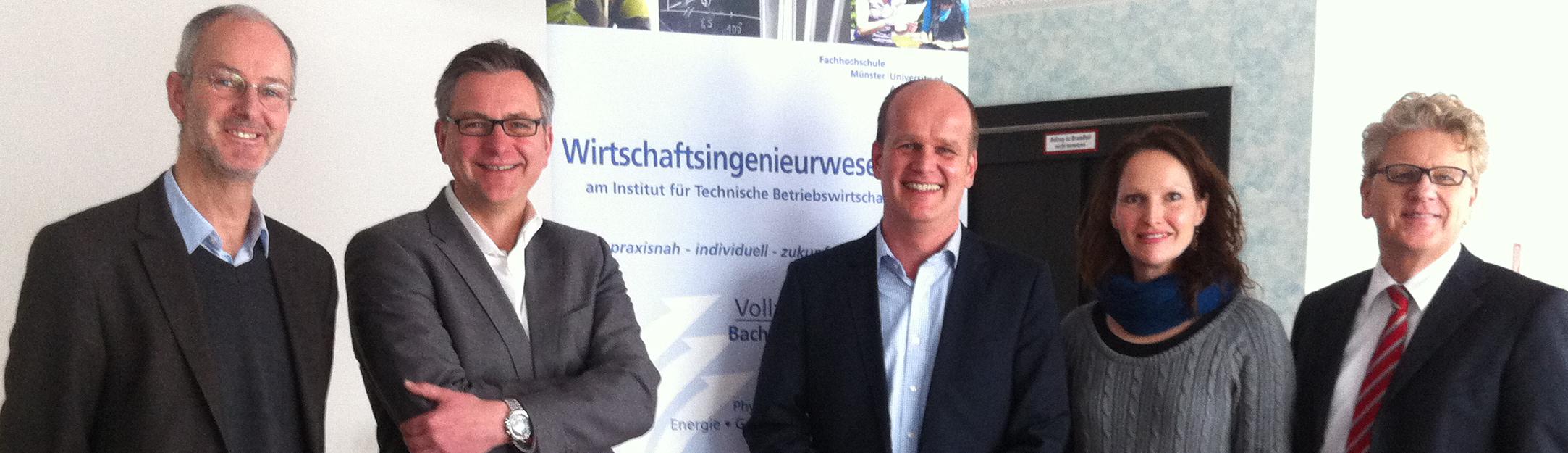 Prof. Dr. Frank Striewe, Prof. Dr. Markus G. Schwering, Susanne Föhse-Hiltmann und Prof. Dr. Johannes Schwanitz mit Masterabsolventen