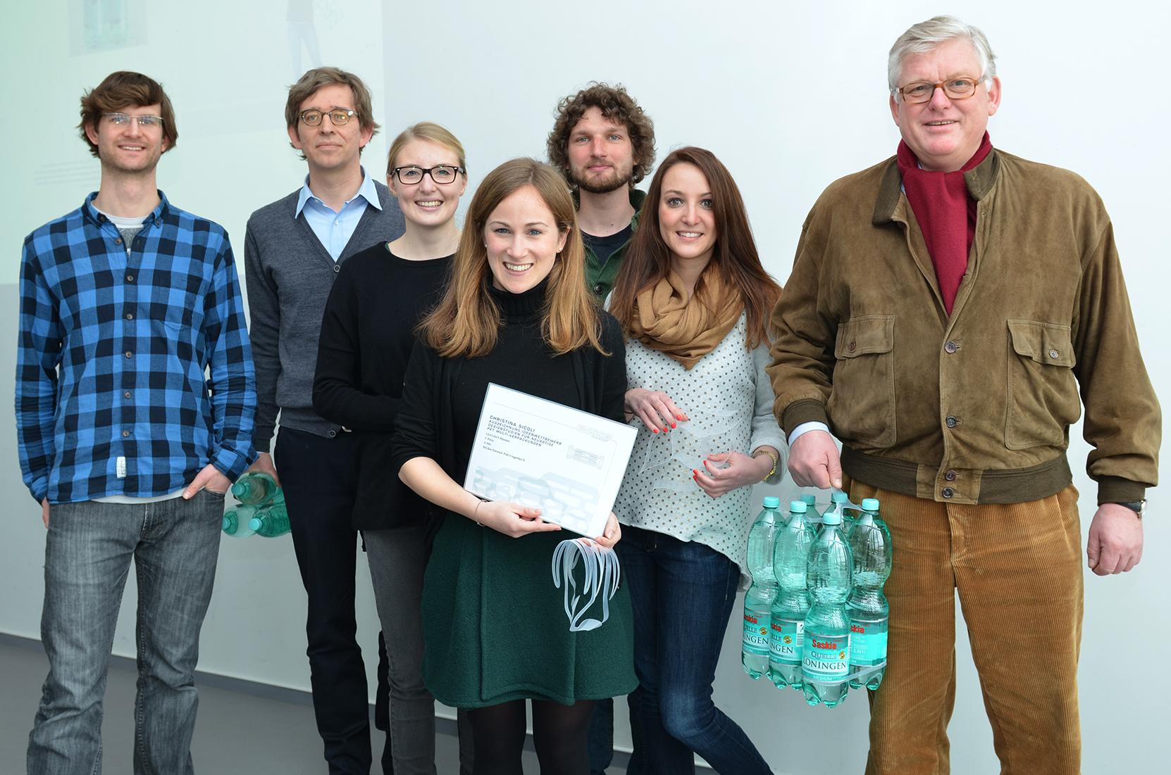 Unter der Leitung von Prof. Torsten Wittenberg (2.v.l.) hatten 13 Design-Studierende Ideen für ein neues Tragesystem, das sechs Wasserflaschen verbindet, entwickelt. Hans-Jürgen Meyer (r.) und Anna-Sophie Schmitz (M.) von der Verpackungsfirma Hi