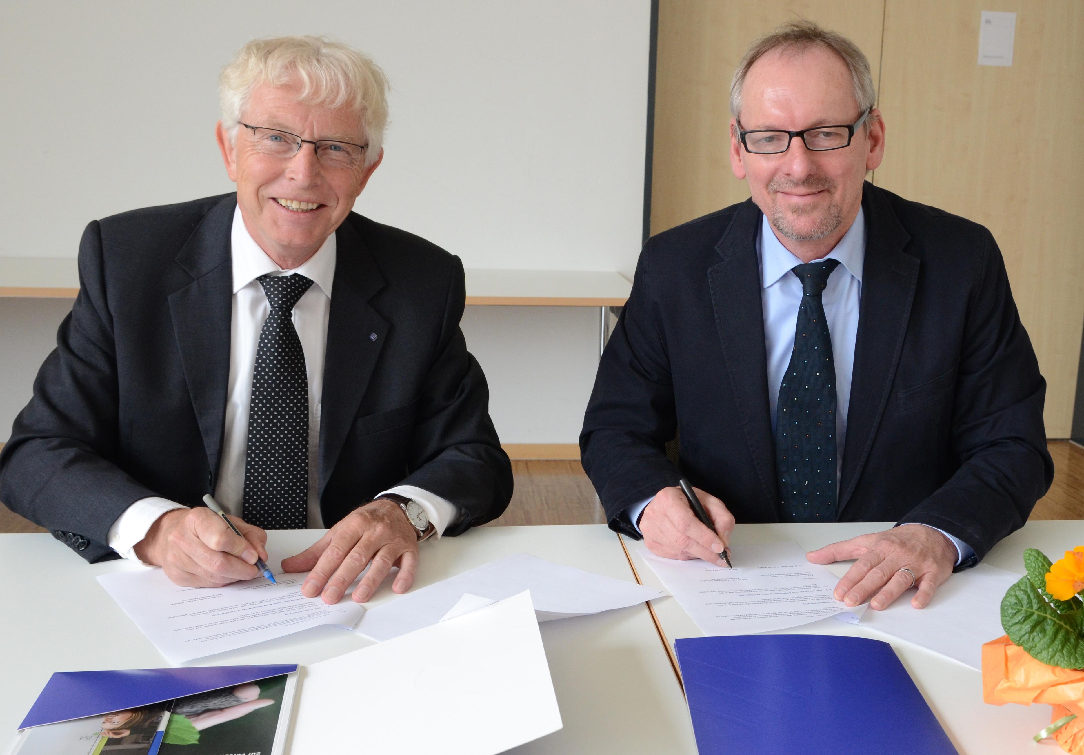 Vizepräsident Prof. Dr. Richard Korff von der Fachhochschule Münster und Schulleiter Thomas Dues bei der Vertragsunterzeichnung