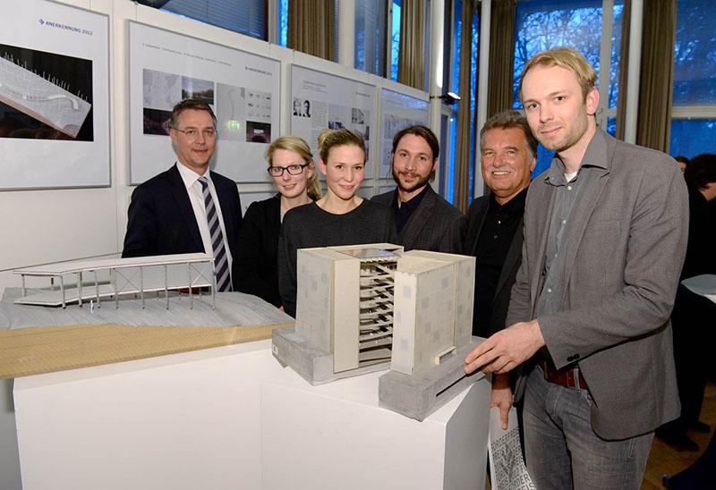 Gunther Adler, Staatssekretär im NRW-Bauministerium (l.), und AKNW-Präsident Hartmut Miksch (3. v. r.) gratulierten den Preisträgern Carla Gertz (2. v. l.), Julia Schenke (3. v. l.), Andreas Klozoris (M.) und Pentti Marttunen (r.). (Foto: T