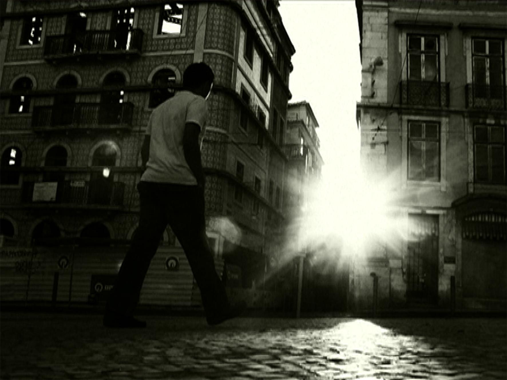 Mann überquert Straße in Lissabon