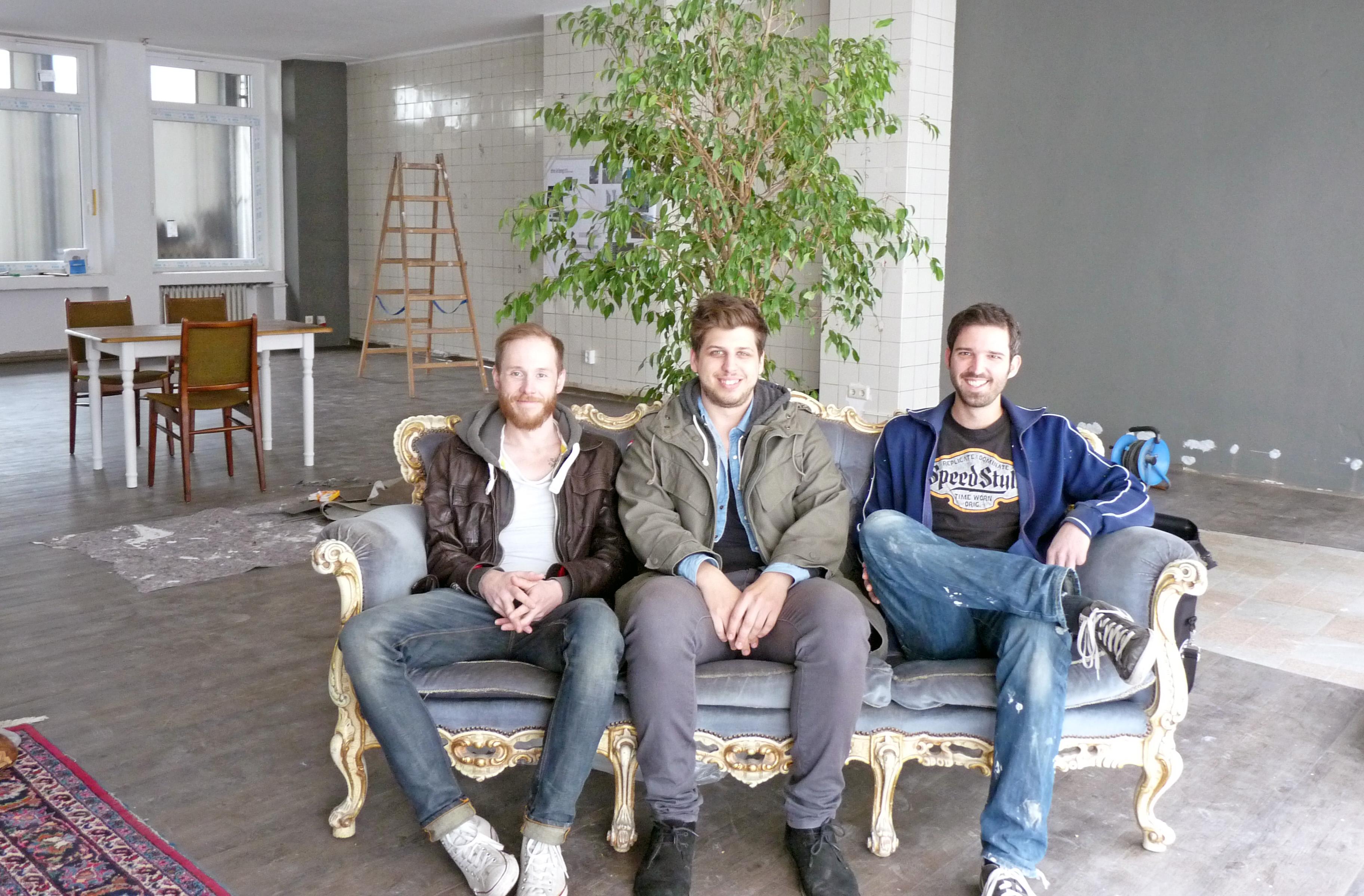 (V.l.): Die Existenzgründer Daniel Schlemermeyer, Fabio Balderi und Stefan Oelrich vor ein paar Wochen in dem noch zu renovierenden Café. (Foto: FH Münster/Pressestelle)