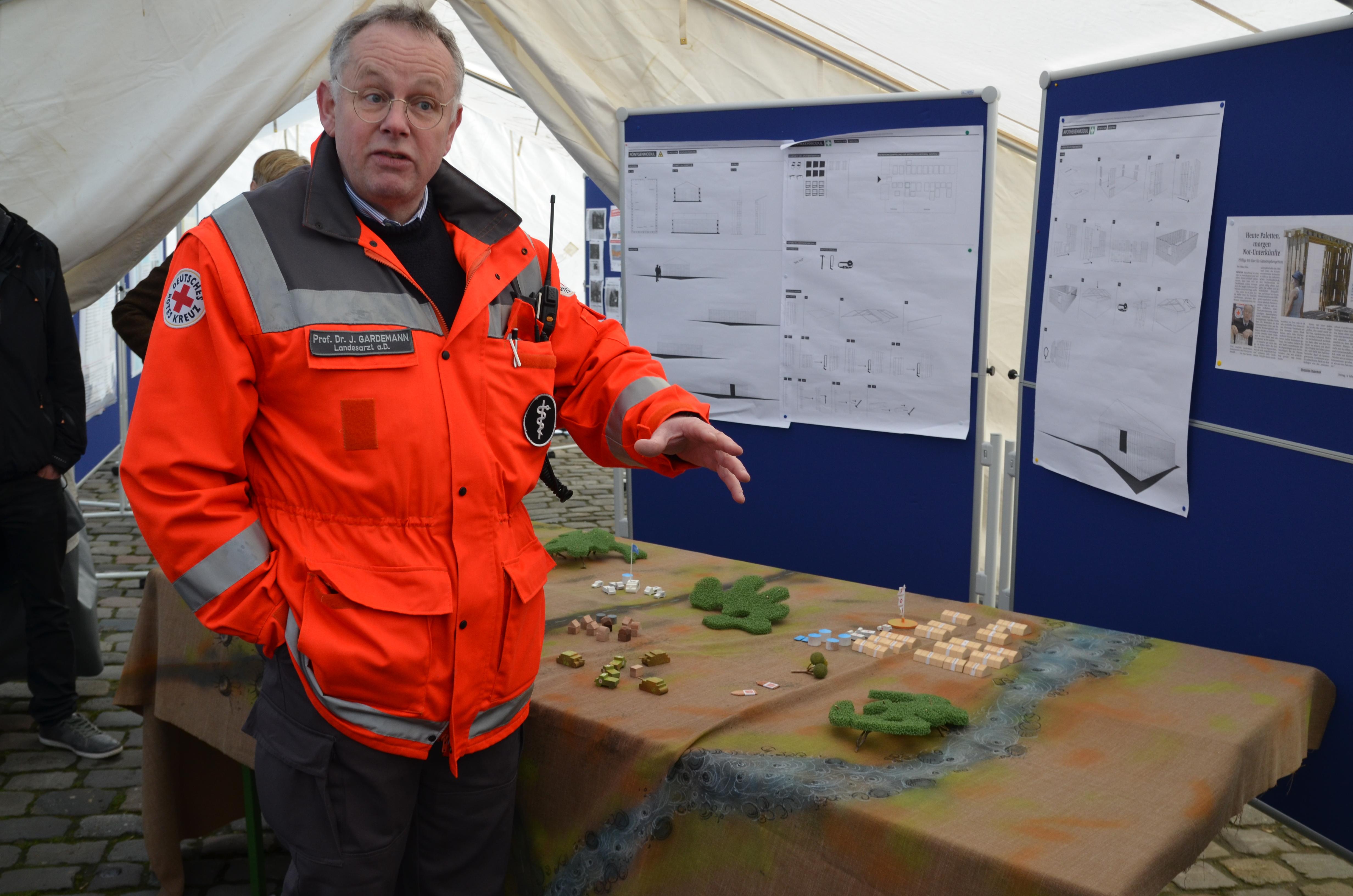 """Prof. Dr. Joachim Gardemann vor dem Planspiel """"Disaster Response Model""""."""