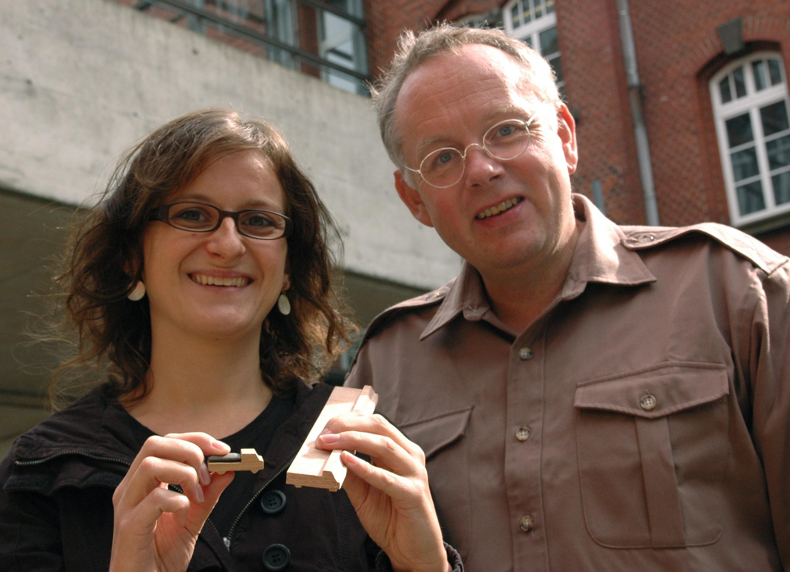 """Miriam Rosenberger und Prof. Dr. Joachim Gardemann mit Elementen des Planspiels """"Disaster Response Model""""."""