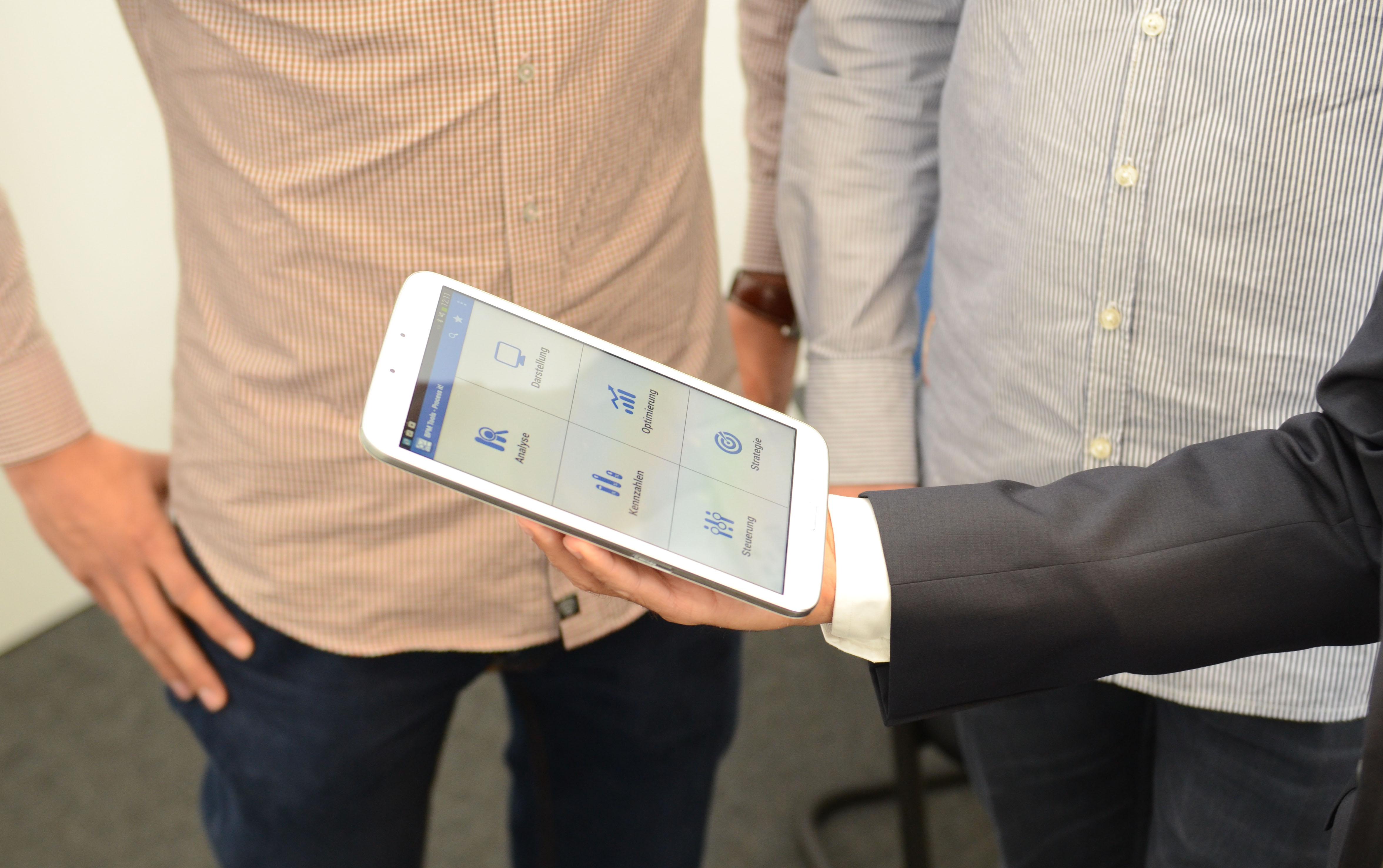 Die Benutzeroberfläche der App bietet Zugang zu sechs Kategorien.