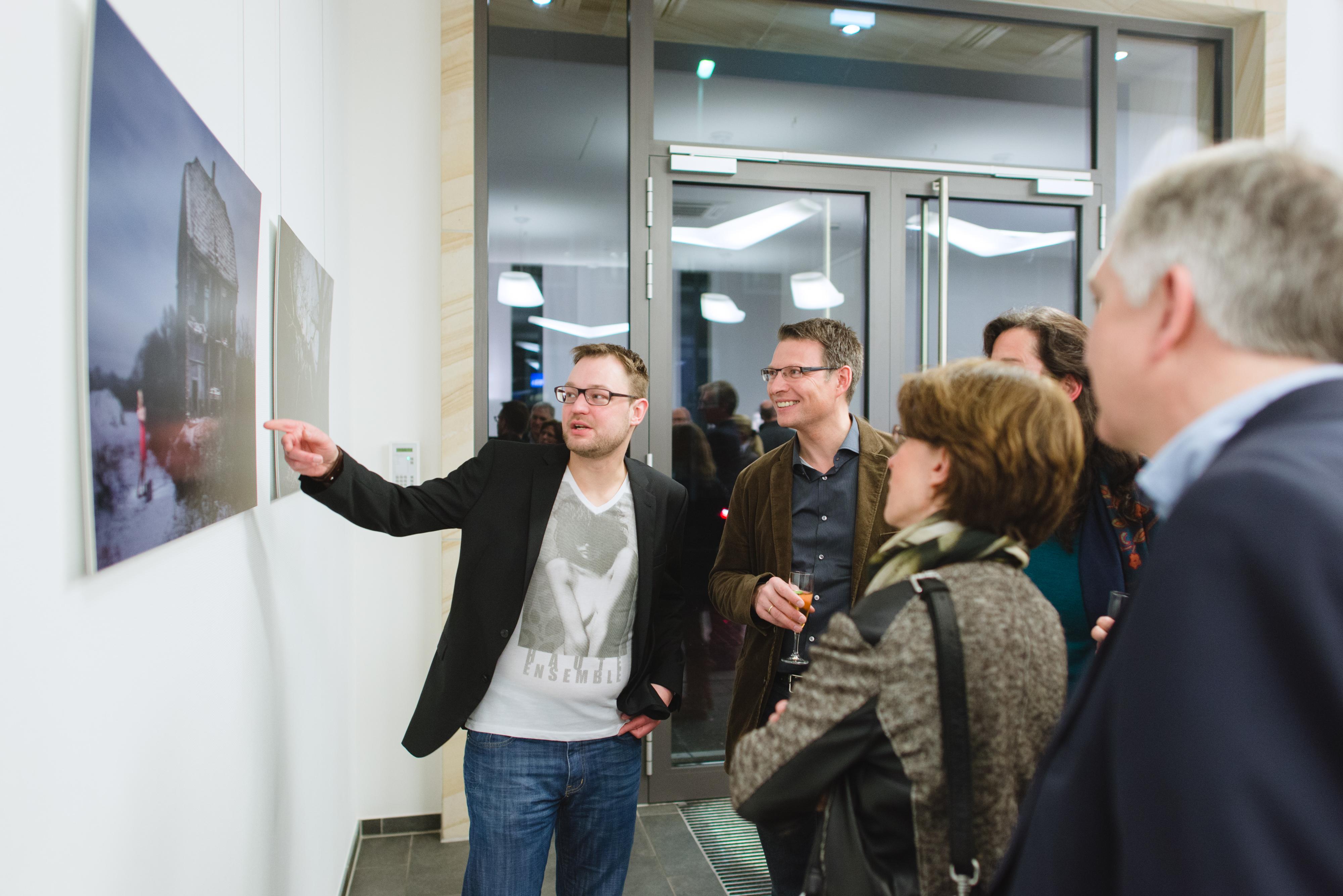 Benedikt Weischer mit Besuchern im Gespräch