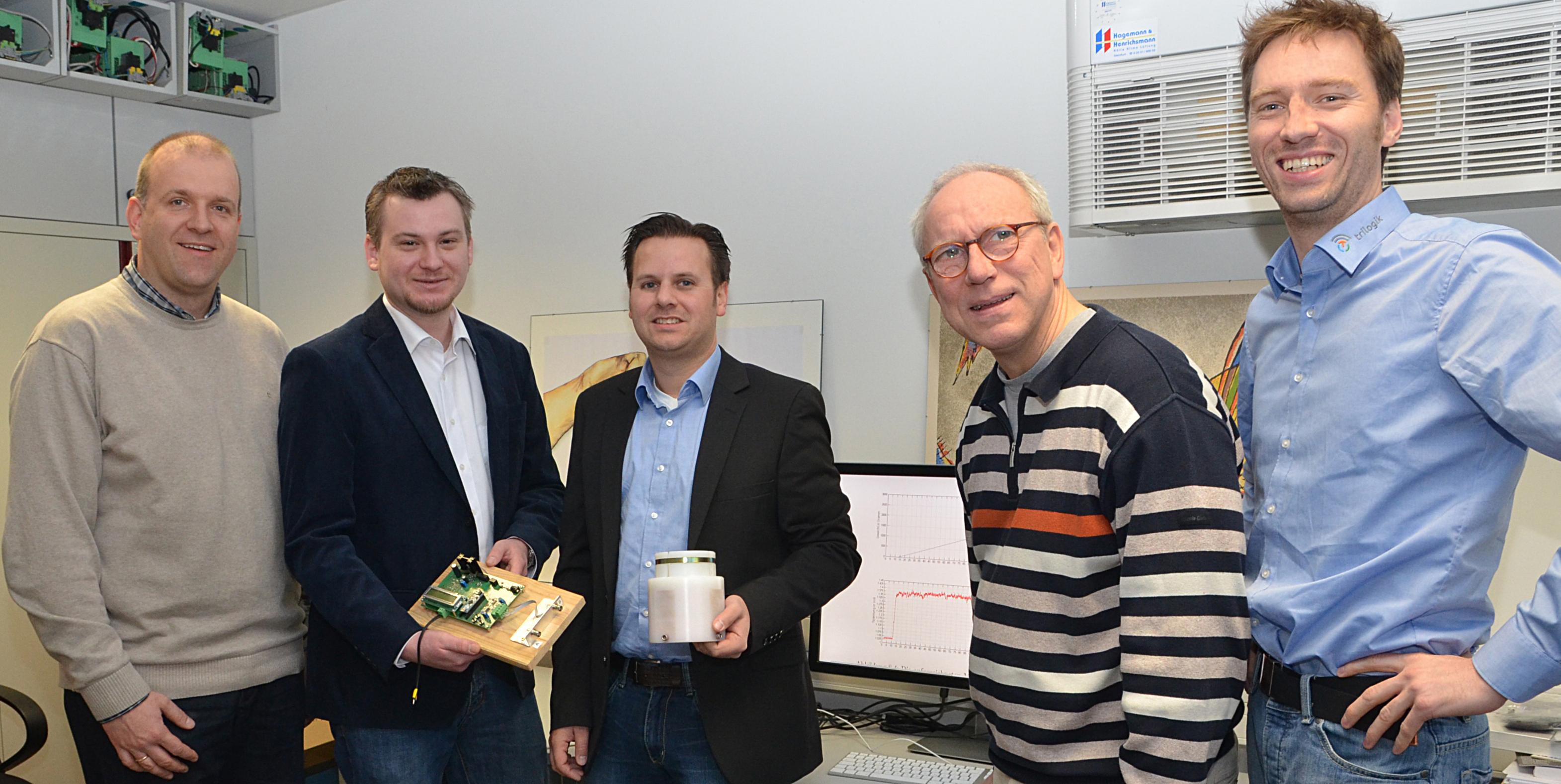 Prof. Dr. Harald Bösche mit Masterabsolvent und Firmenvertretern im Labor
