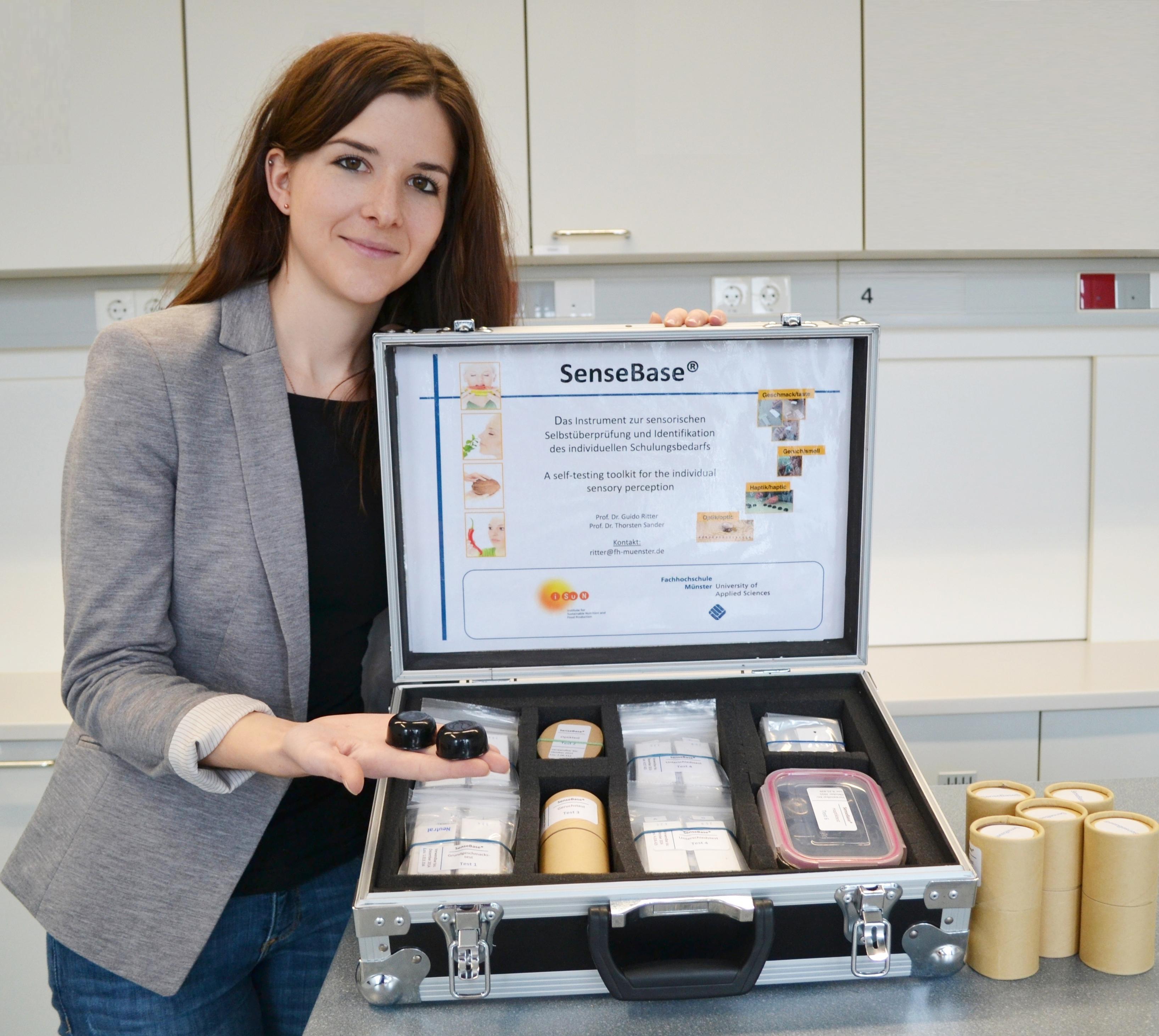 Tanja Hohnhorst, wissenschaftliche Mitarbeiterin im Sensoriklabor der FH Münster, zeigt zwei Kegel aus dem SenseBase-Koffer.