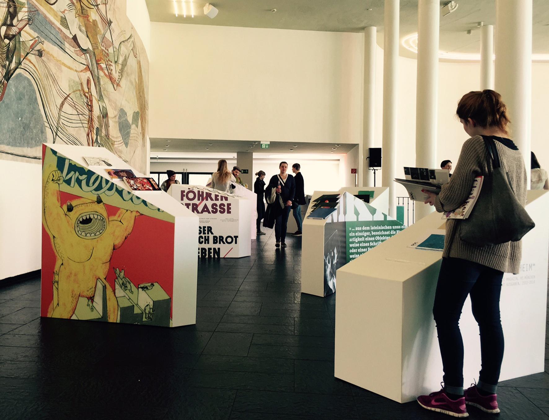 Besucher auf Konferenzausstellung