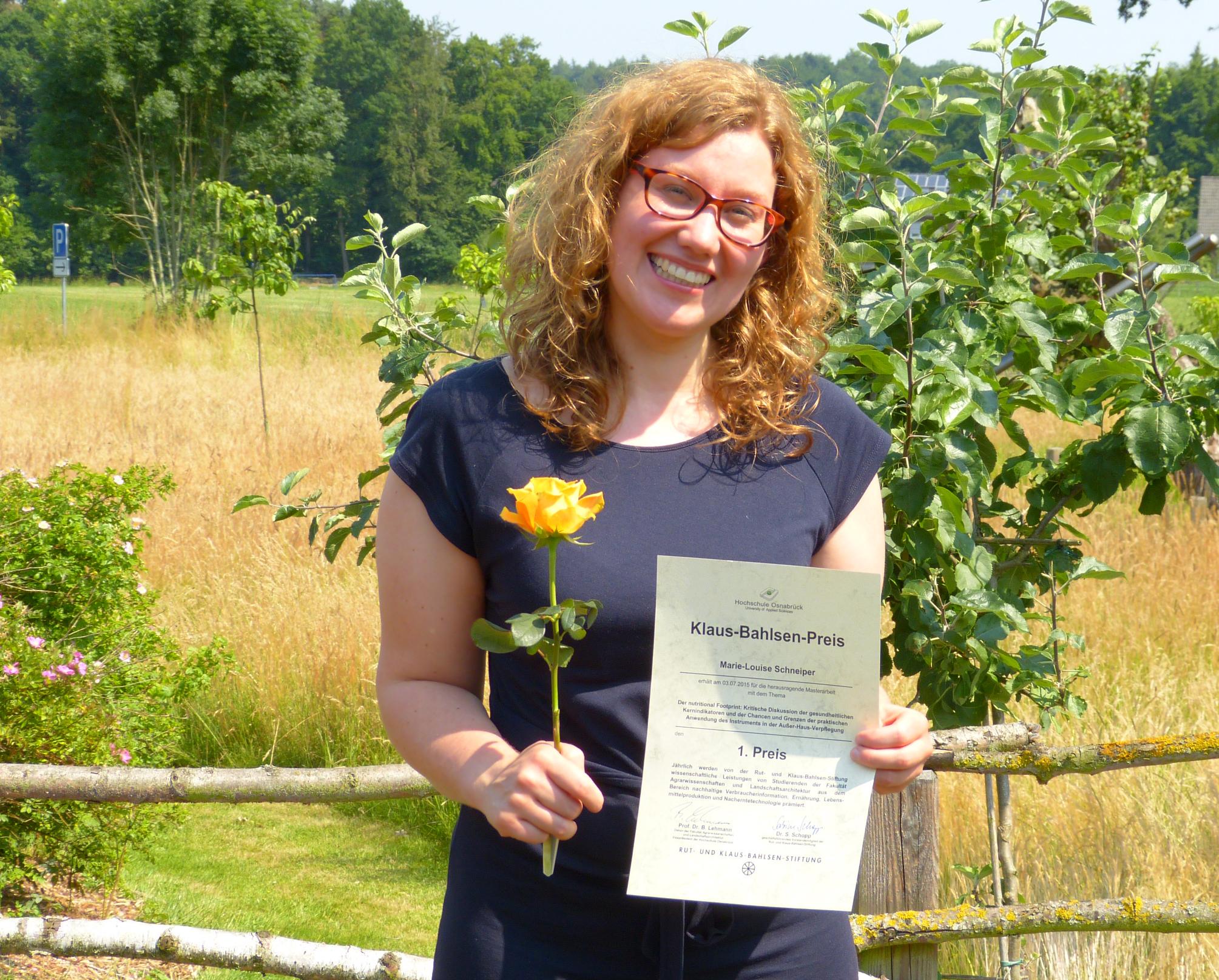 Marie-Louise Scheiper mit ihrer Auszeichnungsurkunde