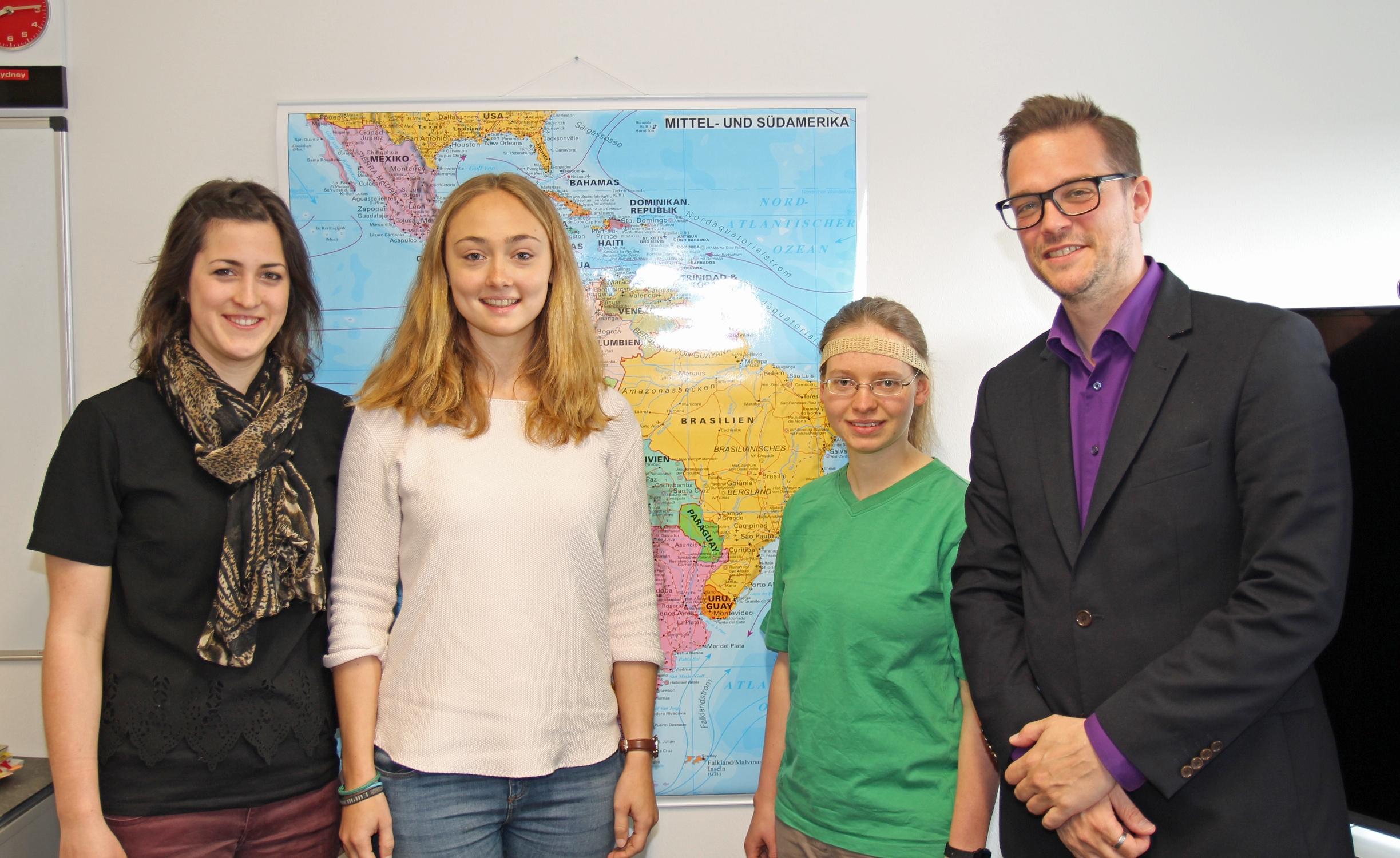 Dass mit (v.l.) Noemi Jaekel, Theresa Rötzel und Ronja Fischer gleich drei CALA-Studentinnen in die Studienstiftung des deutschen Volkes aufgenommen wurden, freut Studiengangsleiter Prof. Dr. Marcus Laumann. (Foto: FH Münster/Pressestelle)