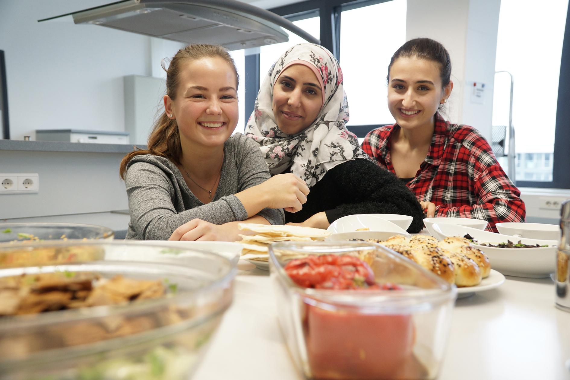 Julia Wiener, Nadya Aweimer und Fidan Kalach in der Laborküche der FH Münster