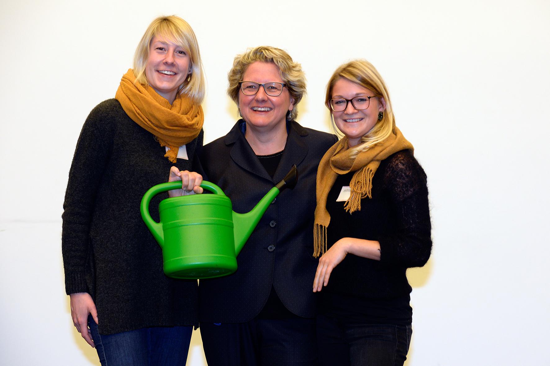 NRW-Wissenschaftsministerin Svenja Schulze, Linda Niepagenkemper und Leonie Nienhaus
