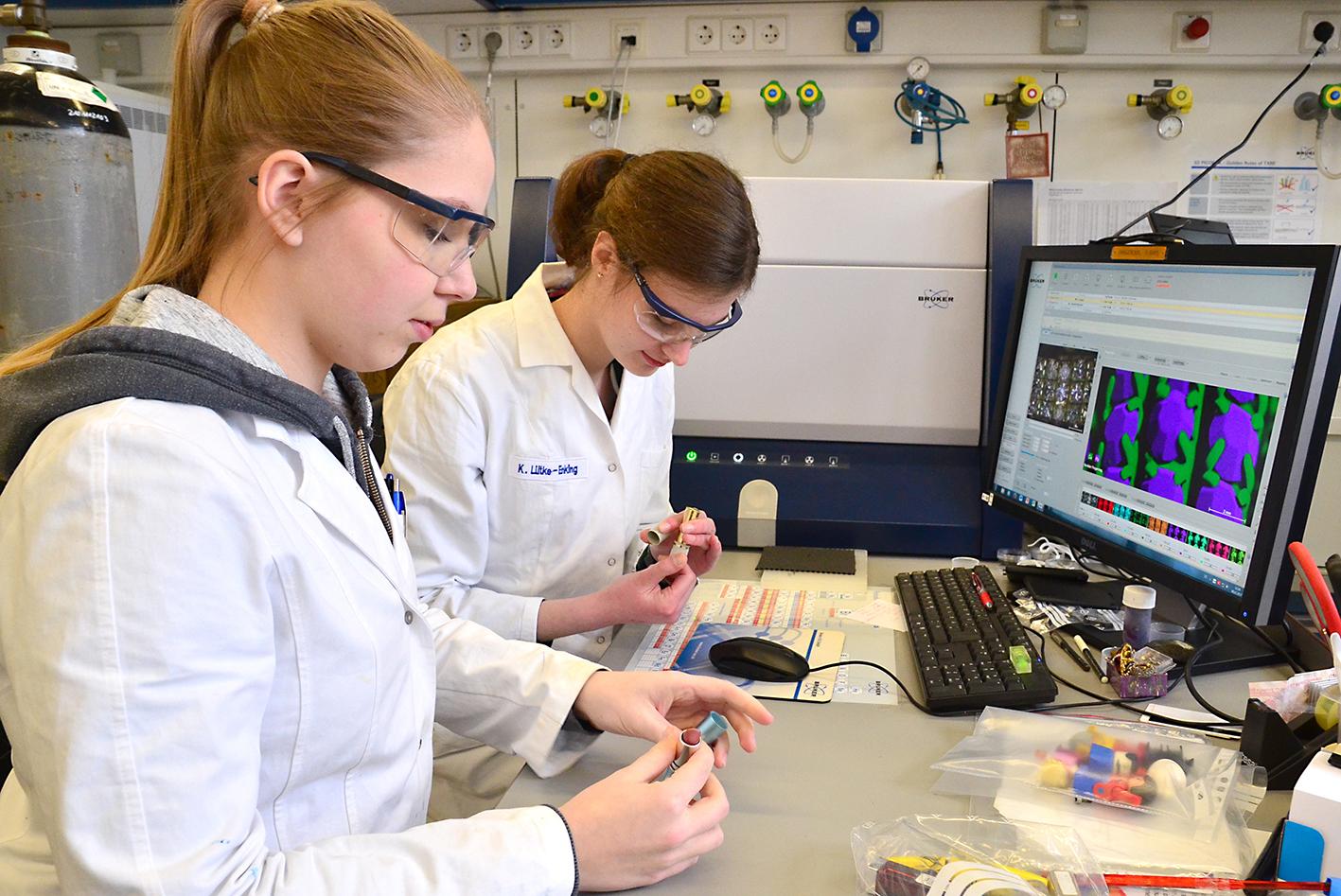 Chiara Weiß (l.) und Kerstin Lütke Enking vom Hans-Böckler Berufskolleg untersuchten Lippenstifte auf den Gehalt von Schmermetallen. (Foto: FH Münster/Pressestelle)