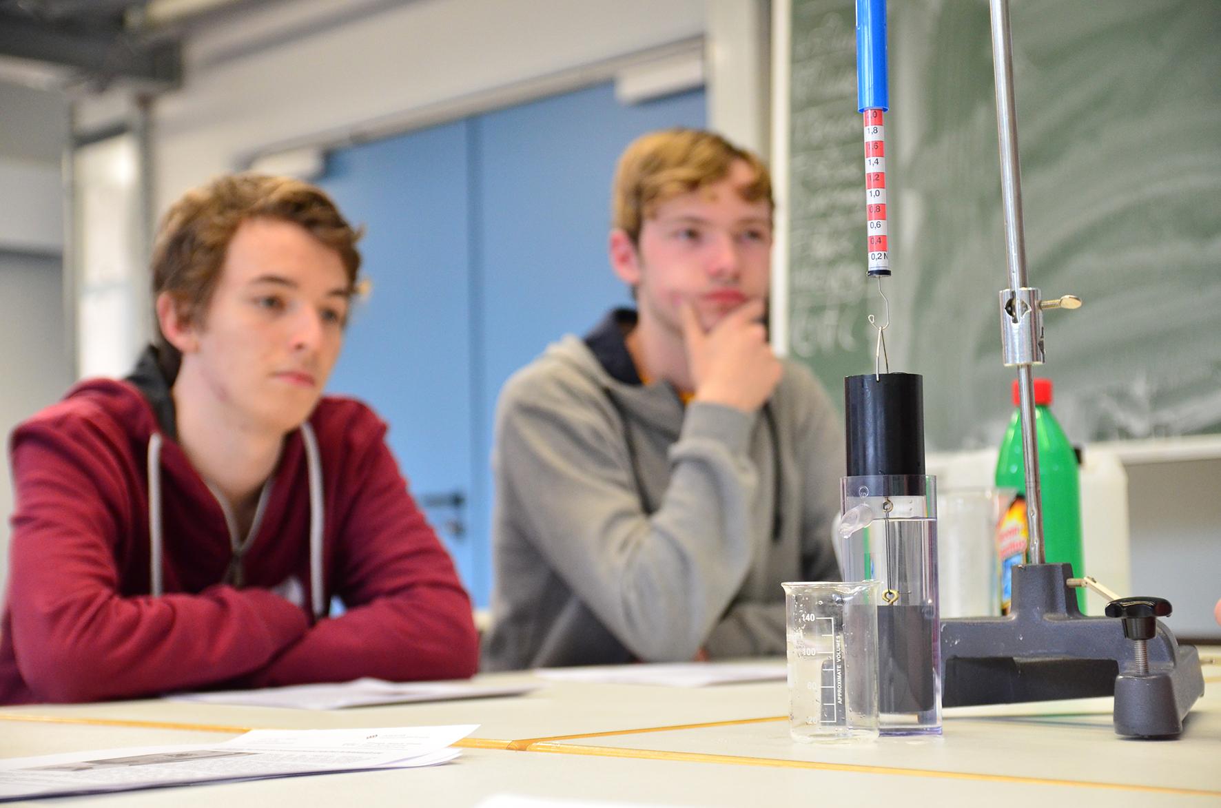 Aufbau zur Schwimmfähigkeit im Vordergrund, dahinter zwei vertiefte Schüler
