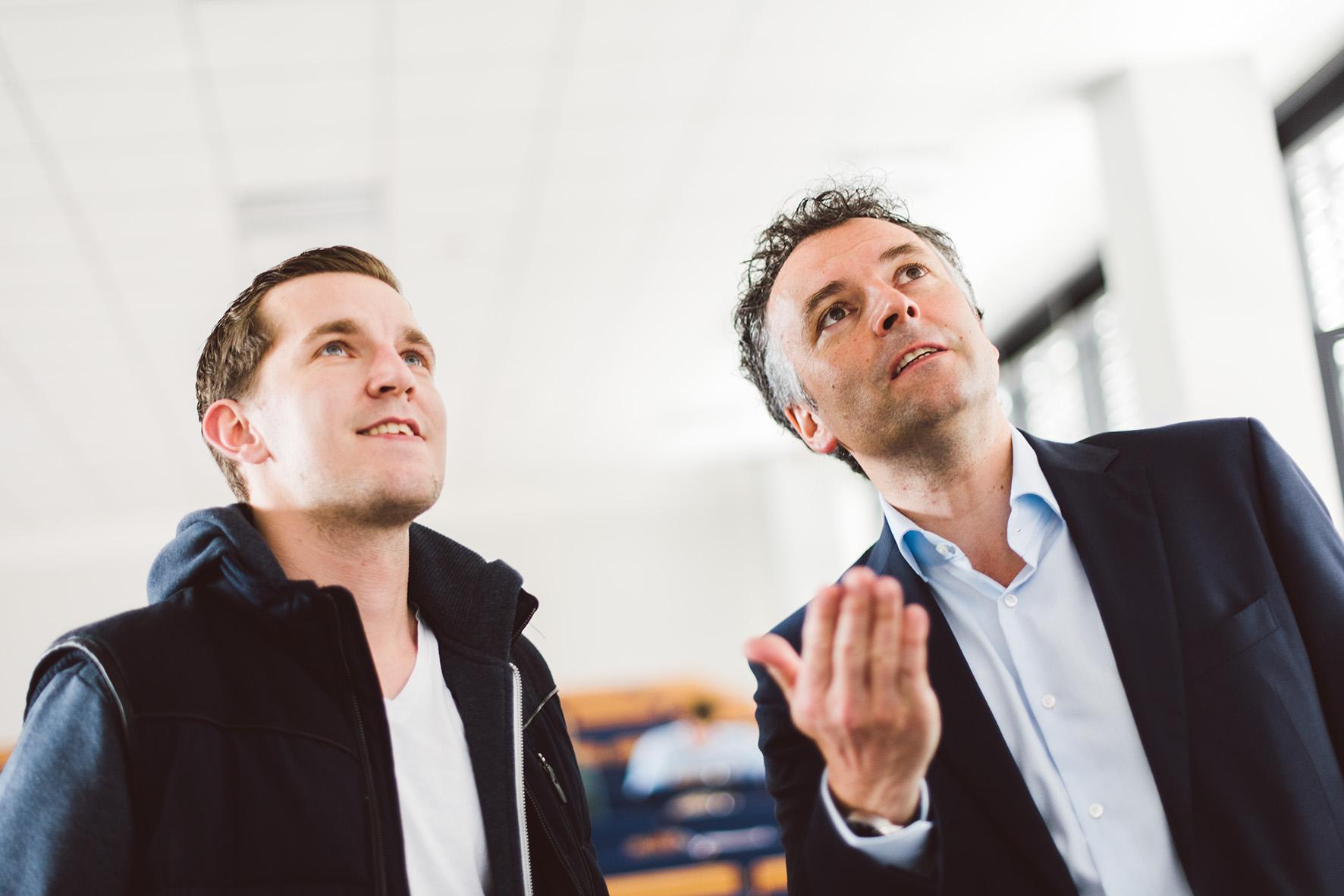 Student im Gespräch mit Professor