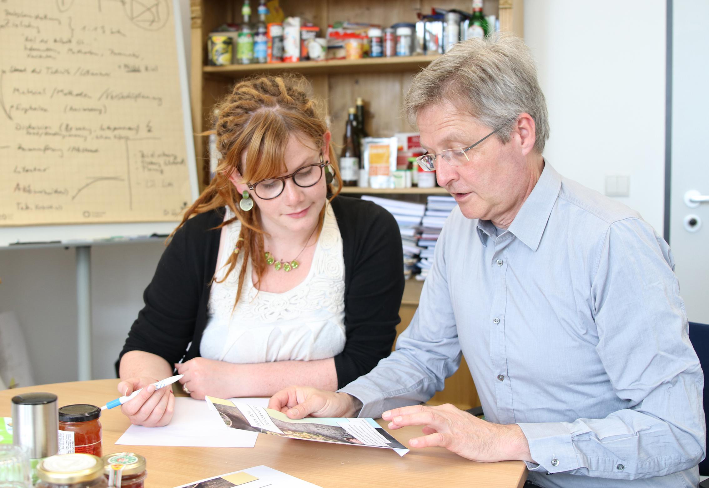 Oecotrophologie-Studentin Janina Hielscher und Prof. Dr. Guido Ritter von der FH Münster