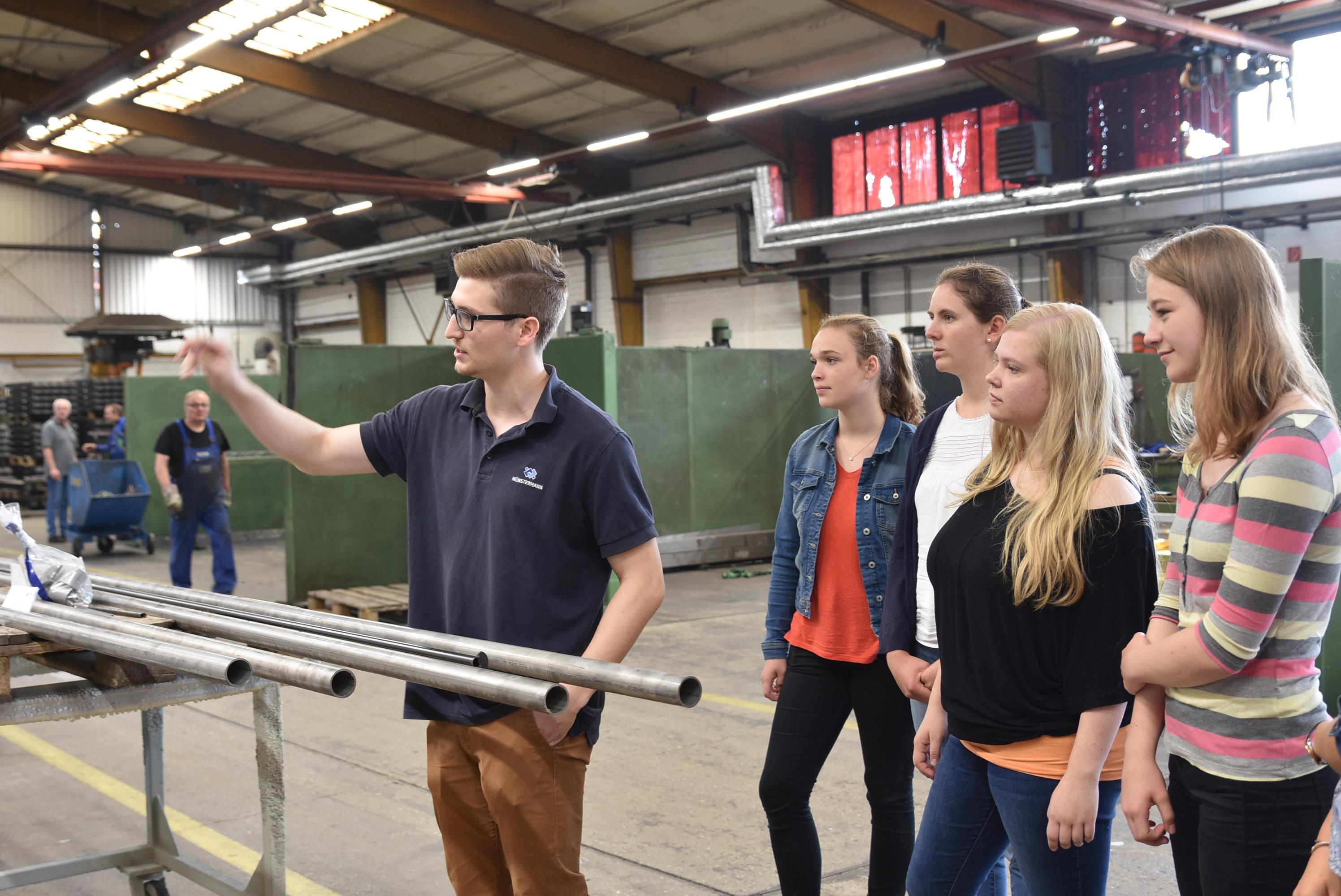 Münstermann-Mitarbeiter Dennis Lohoff, der selbst ein duales Studium absolviert, führte die Schüler durch seinen Ausbildungsbetrieb. (Foto: FH Münster/Pressestelle)