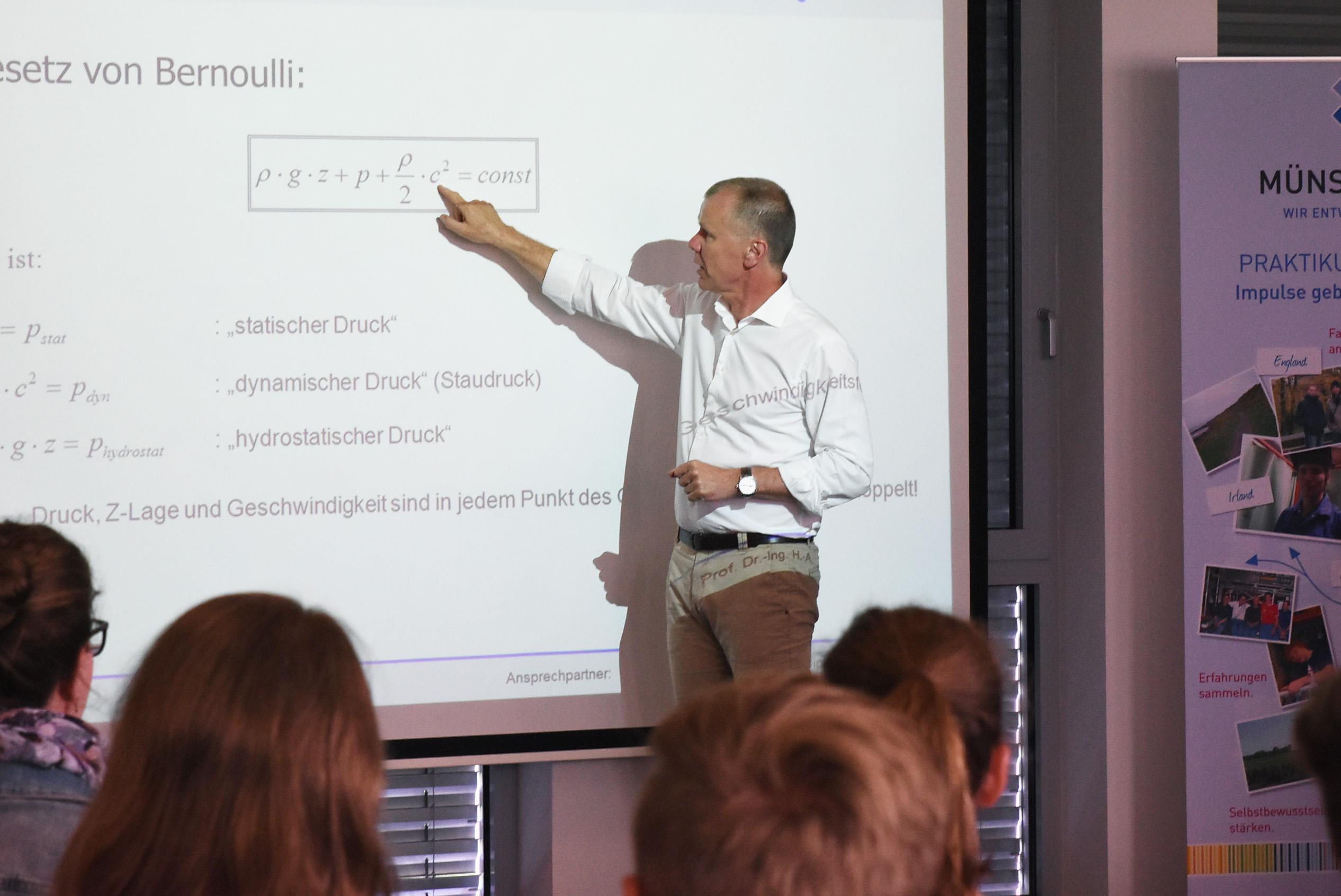 Prof. Dr. Hans-Arno Jantzen vom Fachbereich Maschinenbau der FH Münster gab den Schülern in seiner Schnuppervorlesung einen Vorgeschmack auf die Studieninhalte. (Foto: FH Münster/Pressestelle)