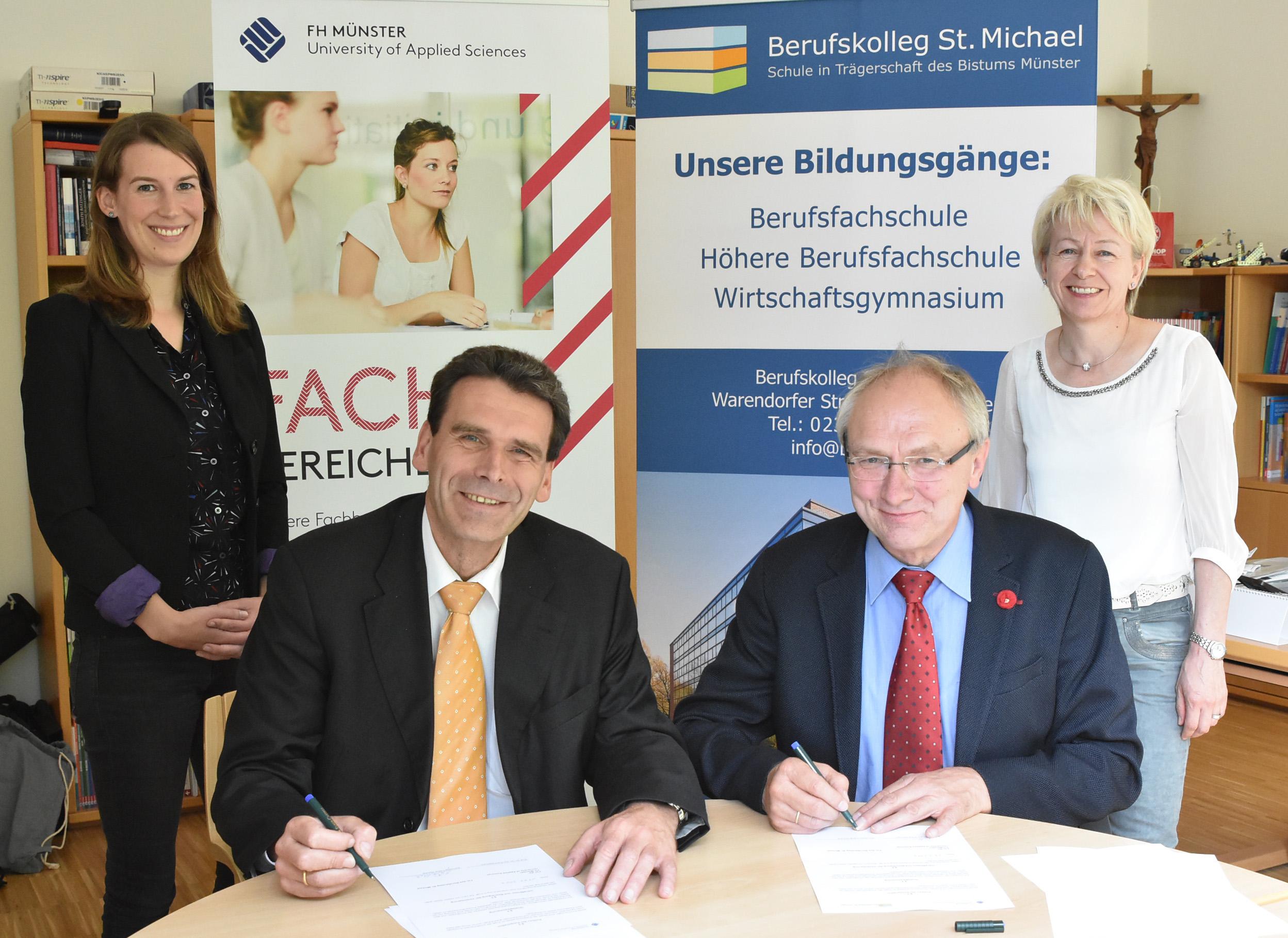 Mit ihren Unterschriften besiegelten FH-Vizepräsident Prof. Dr. Frank Dellmann (2.v.l.) und Schulleiter Lothar Weichel die langfristige Zusammenarbeit. Die Kooperation in die Wege geleitet hatten Ronja Hoffmann (l.) vom FH-Schulnetzwerk und Gertrud L