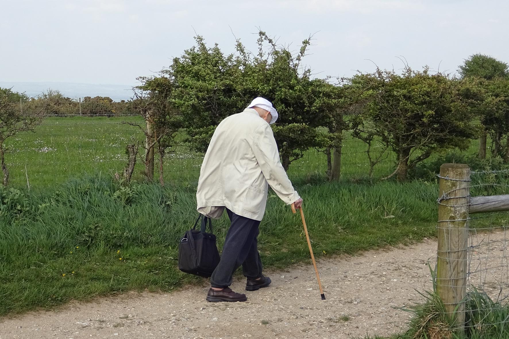 Alter Mann beim Spazierengehen