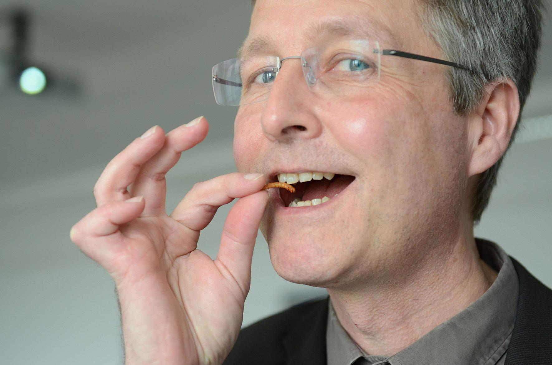 Prof. Ritter mit Insekt